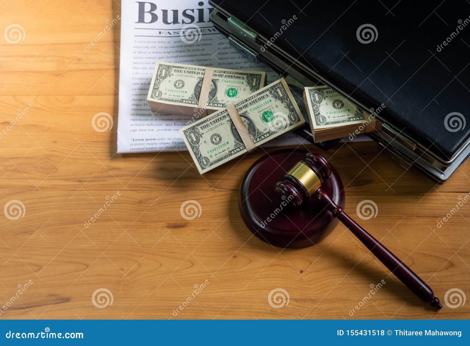 Dollars in aktentas Gezet op een bedrijfskrant