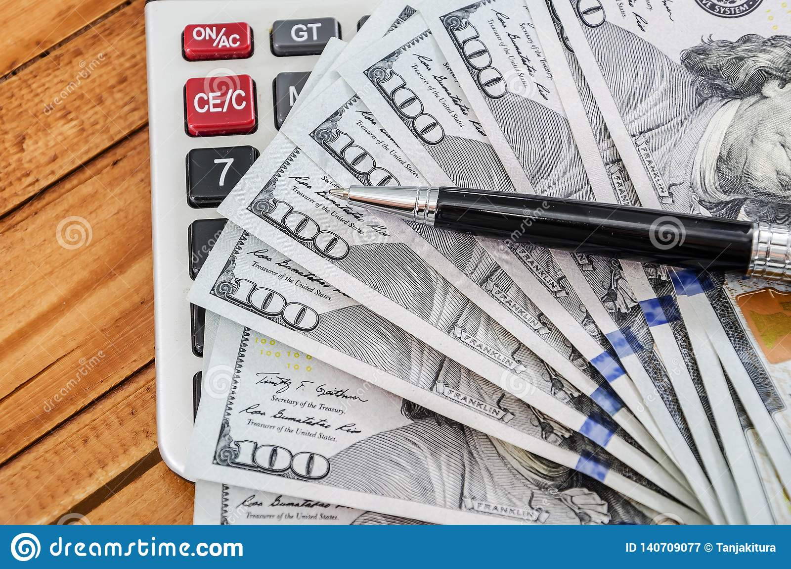 Dollars US, calculatrice et stylo