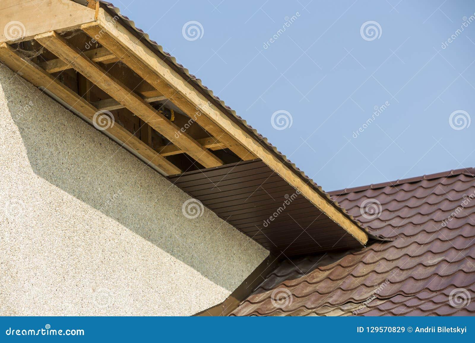 Dolnego widoku szczegół nowy nowożytny domowy chałupa kąt z stiuk ścianami, brąz shingled dach i niedokończoną popiera kogoś inst