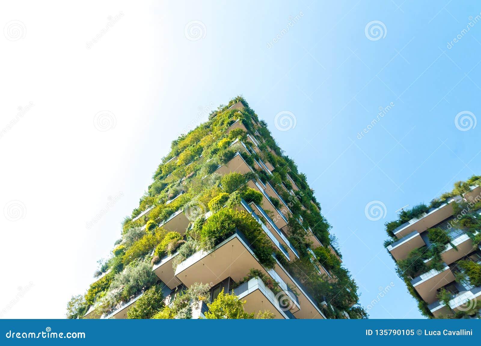 Dolny widok Pionowo Lasowy budynek w Mediolan, Włochy