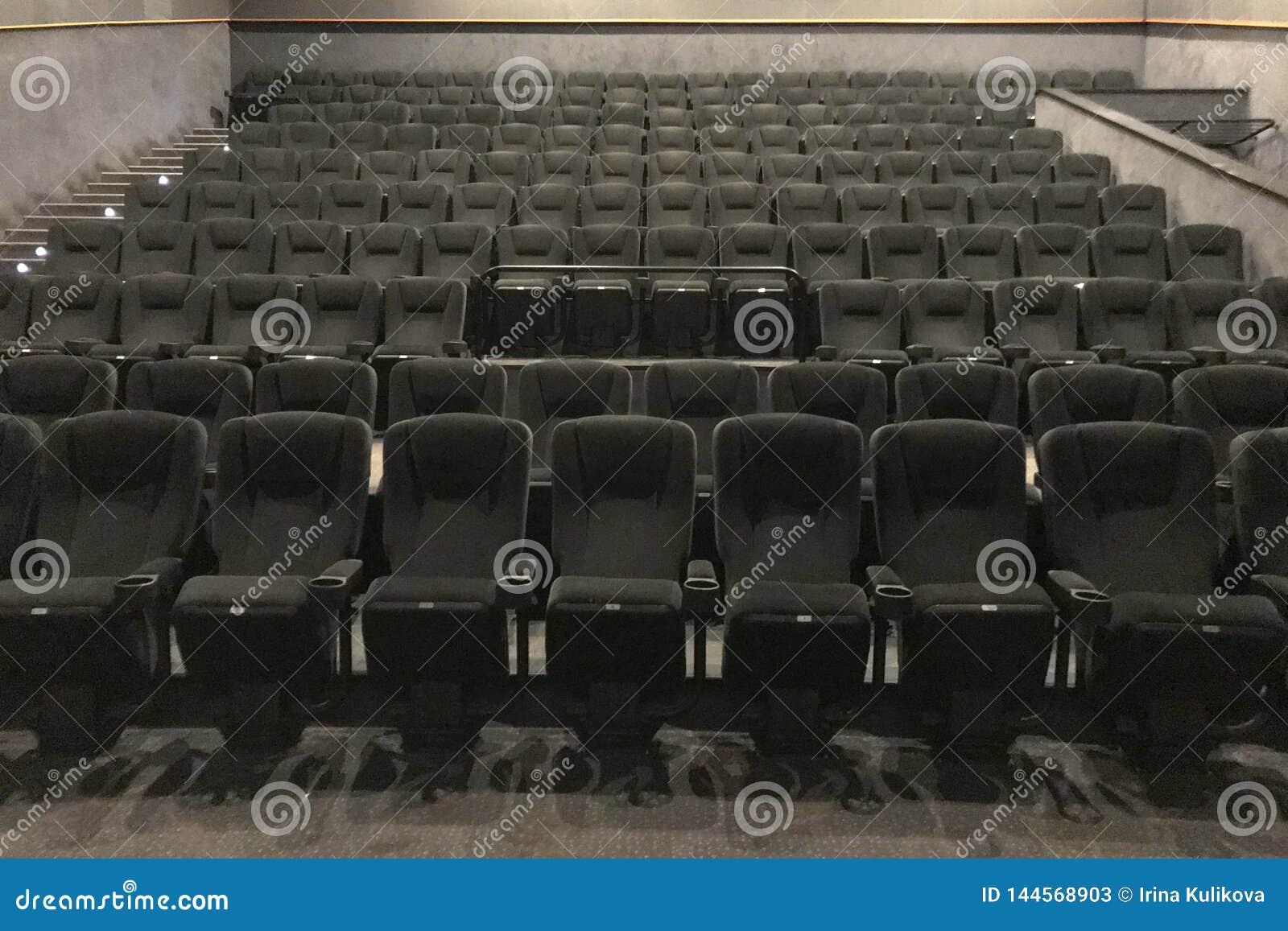 Dolny widok sposób kinowa sala z czarnymi miękkimi krzesłami