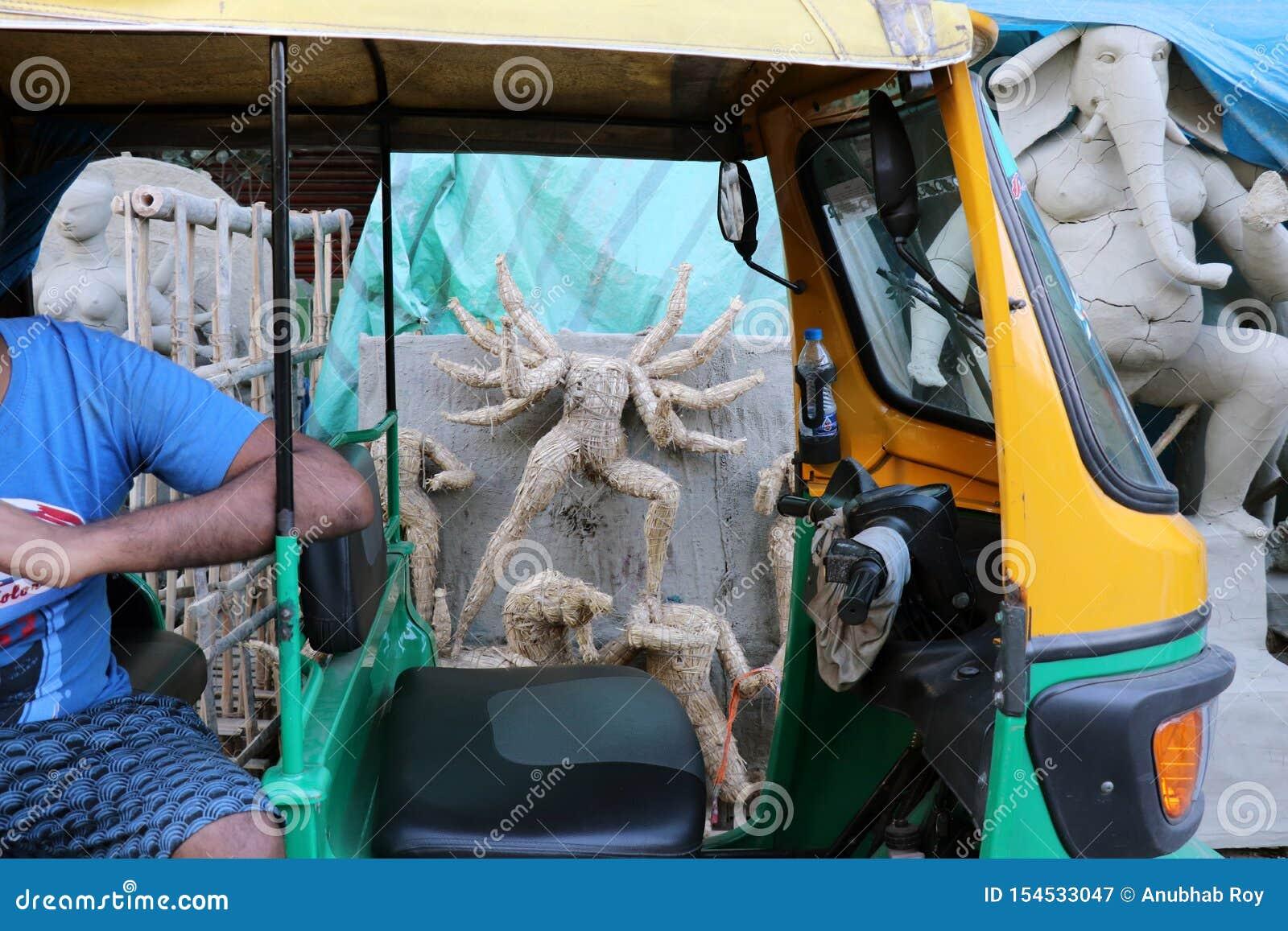 ?dolo de la arcilla de la diosa hind? Devi Durga ?dolo de la diosa hind? Durga durante preparaciones en Kolkata