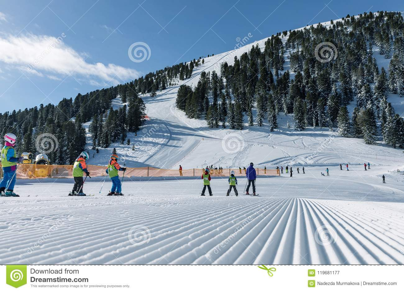 Dolomia, area dello sci con i bei pendii Pendio vuoto dello sci nell inverno un giorno soleggiato Pista e giorno soleggiato pront