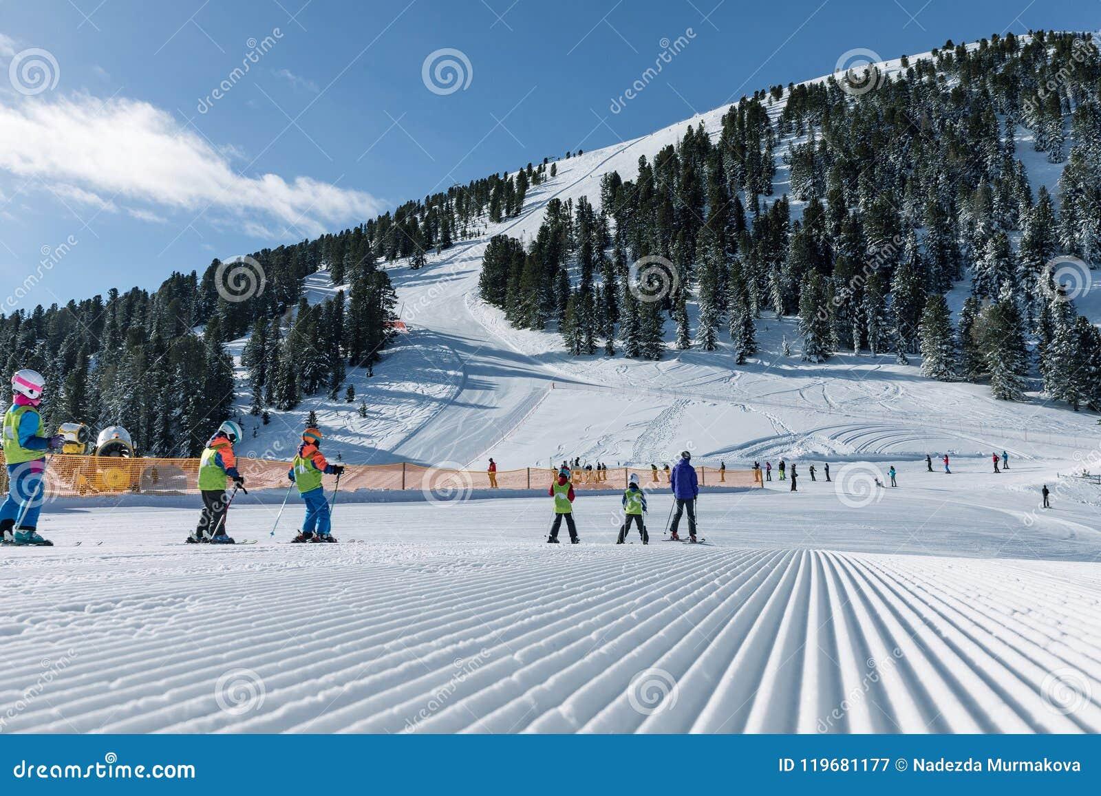 Dolomit, Skigebiet mit schönen Steigungen Leere Skisteigung im Winter an einem sonnigen Tag Vorbereiteter Piste und sonniger Tag