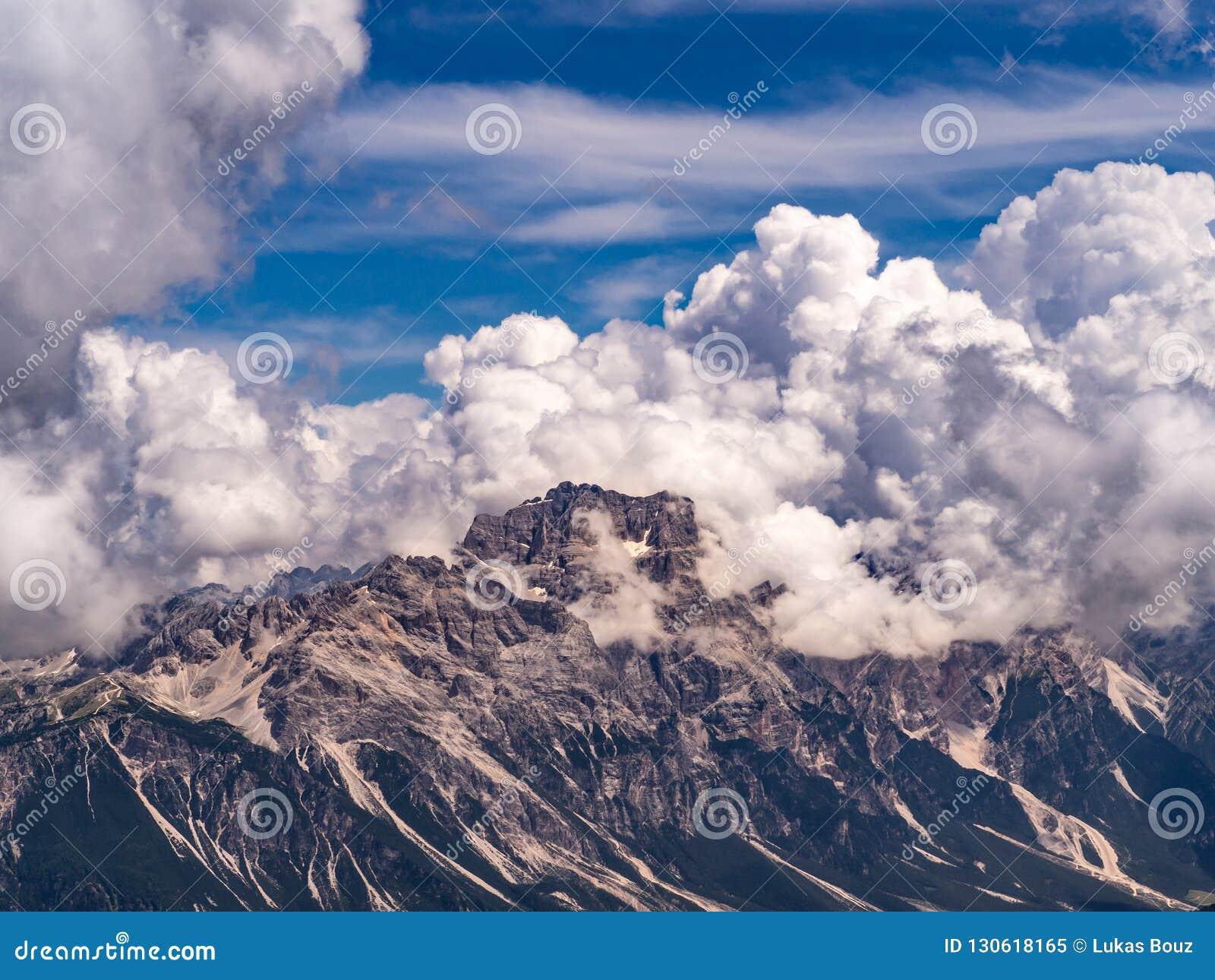 Dolomitberg bedeckt durch erstaunliche Wolken