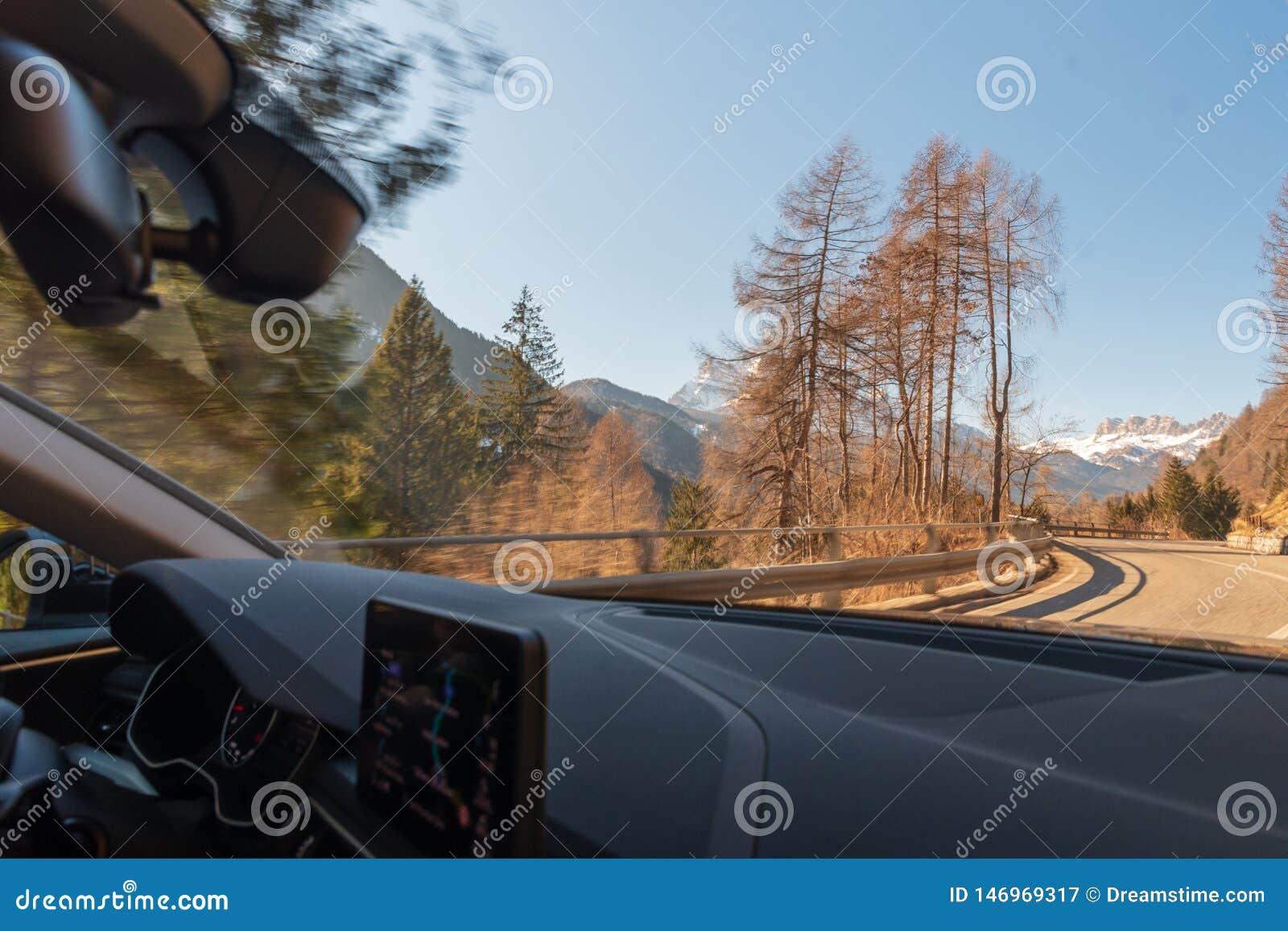 Dolomites i vår och väg från bilen