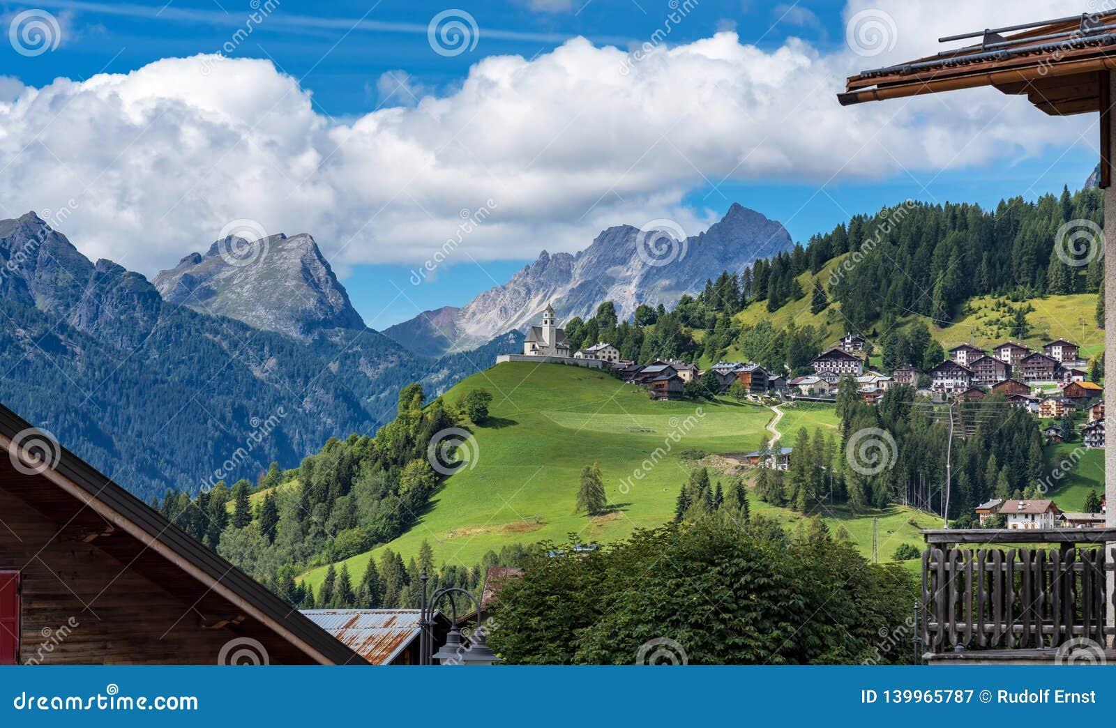 Dolomites stad av Selva di Cadore, Veneto, Italien