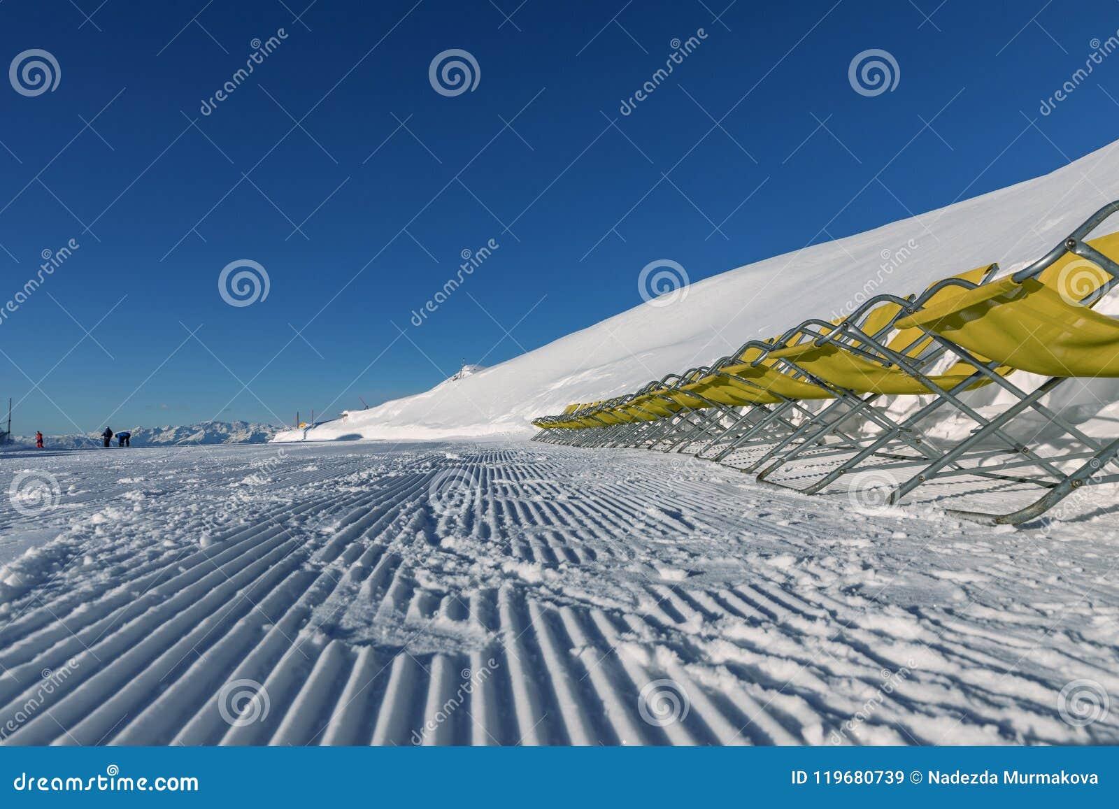 Dolomity, narciarski teren z pięknymi skłonami Pusty narciarski skłon w zimie na słonecznym dniu Przygotowany piste i słoneczny d
