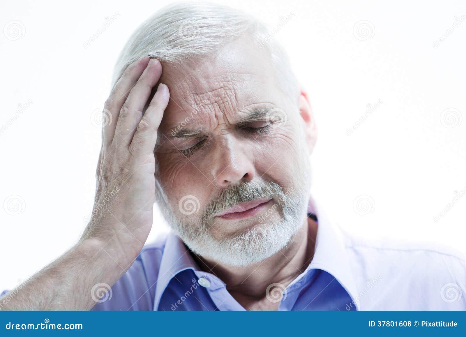 Dolor de cabeza del hombre mayor de la enfermedad de la jaqueca o de la pérdida de memoria