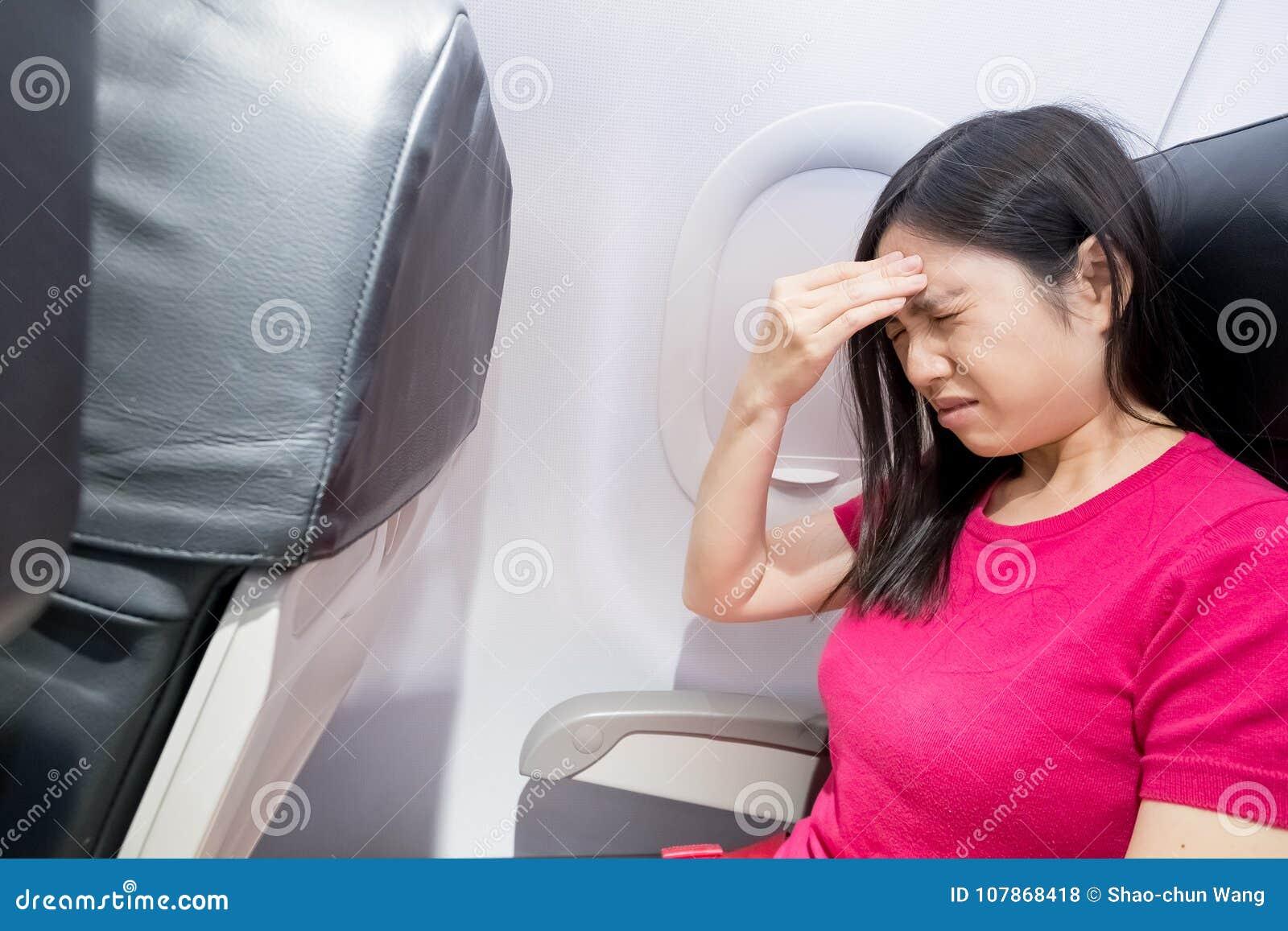Dolor de cabeza de la sensación de la mujer en aeroplano