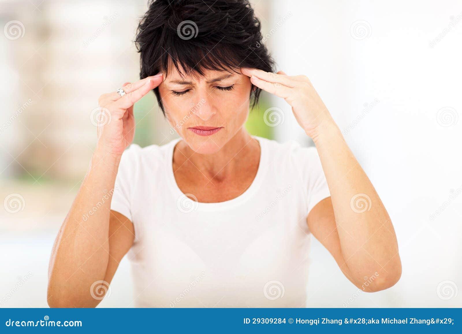Dolor de cabeza maduro de la mujer
