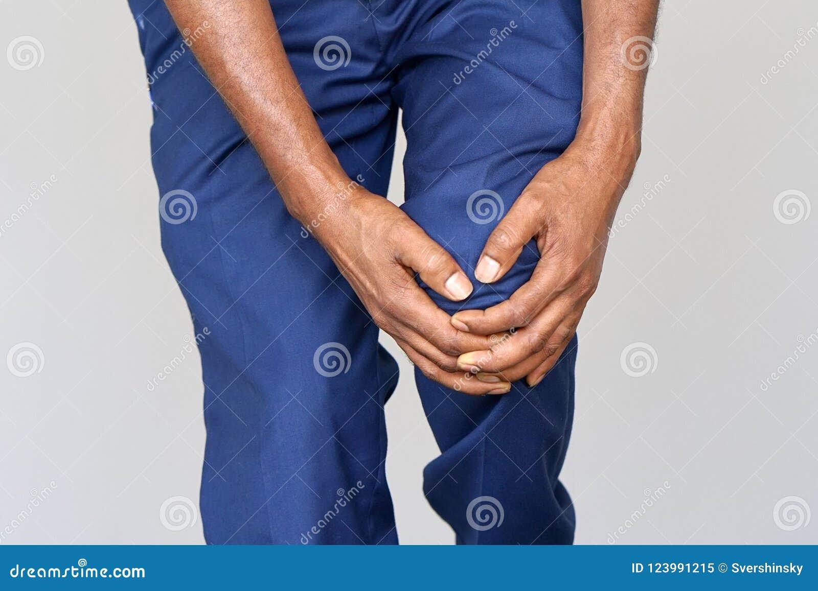 Dolor en las rodillas de un hombre