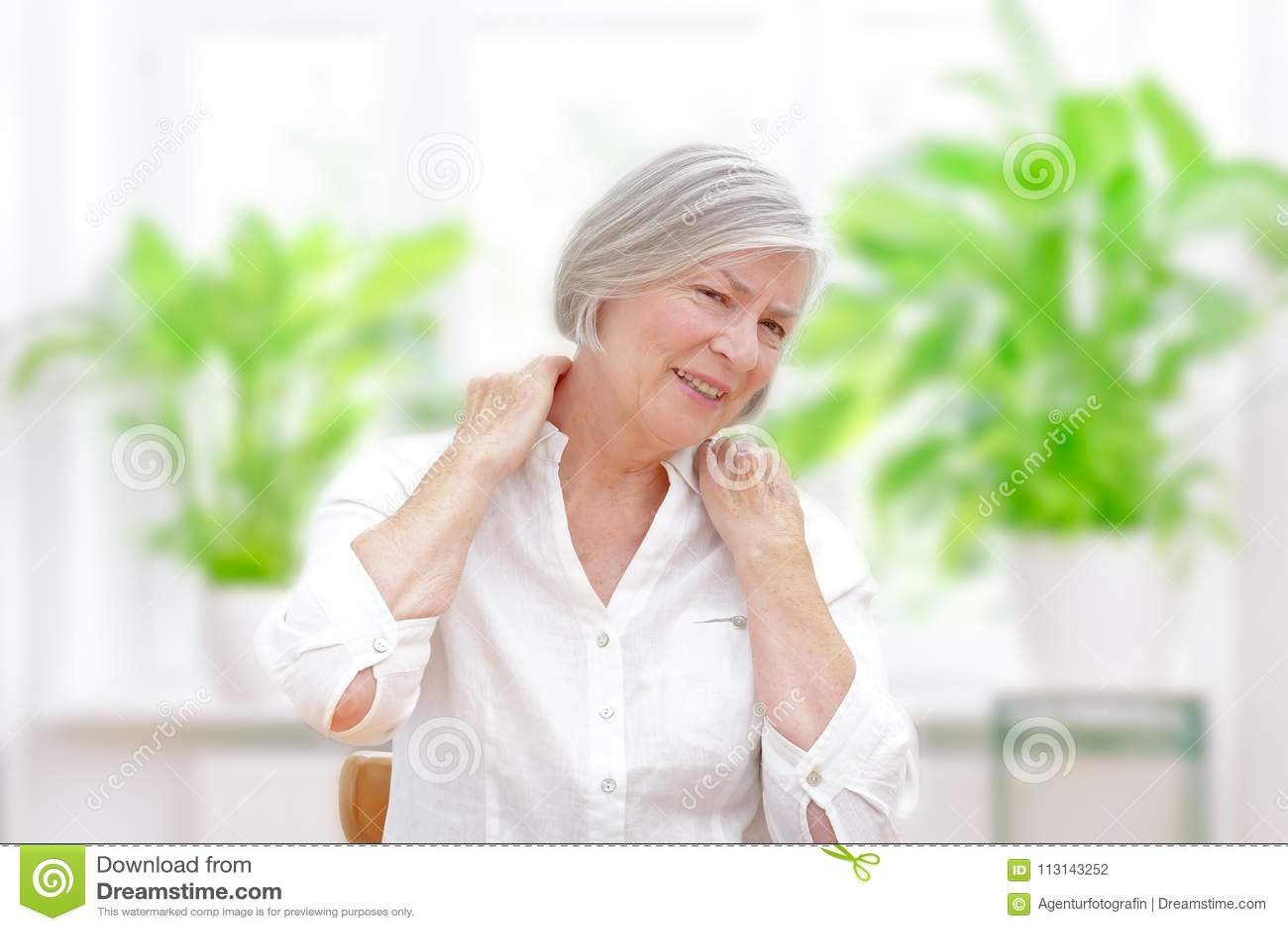 Dolore acuto della spalla della donna senior