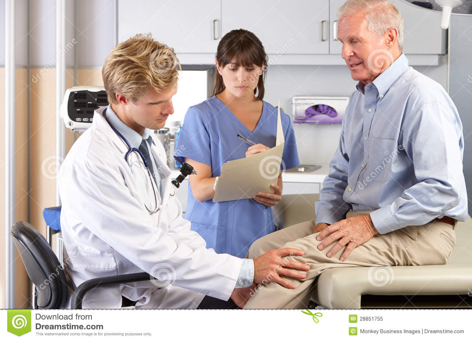 Dolore del ginocchio del dottore Examining Male Patient With