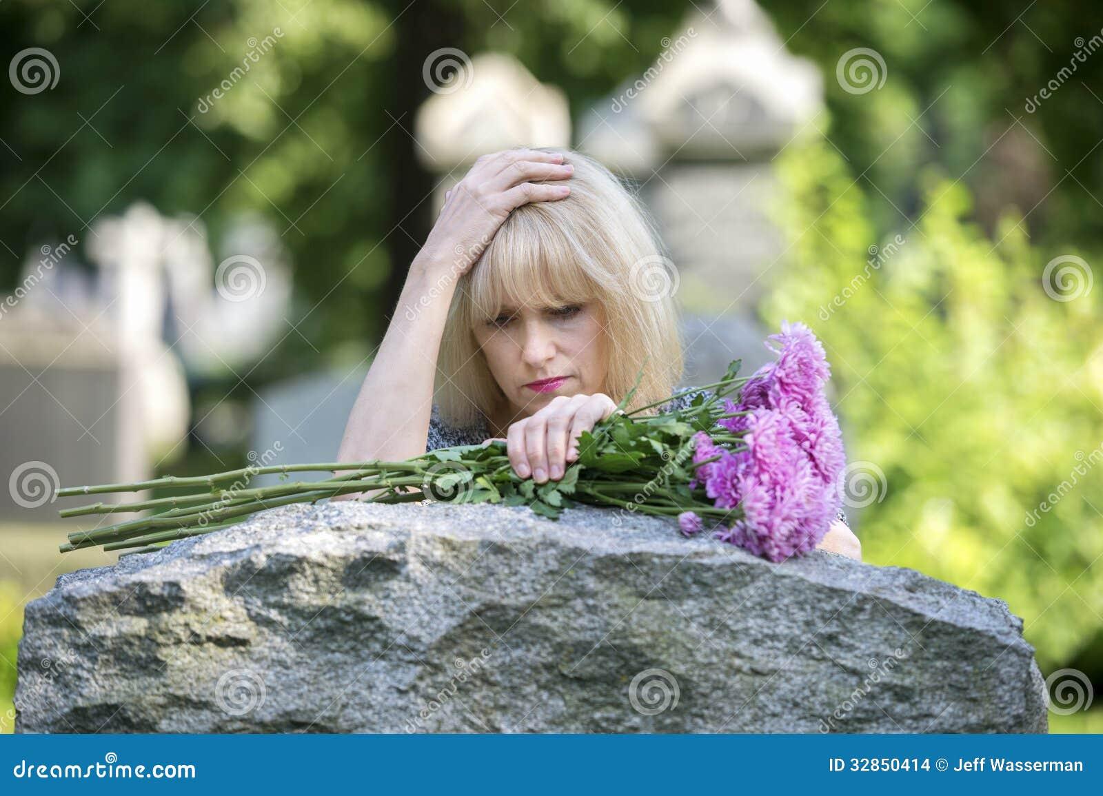 Dolore del primo piano nel cimitero fotografia stock for Piani principali del primo piano