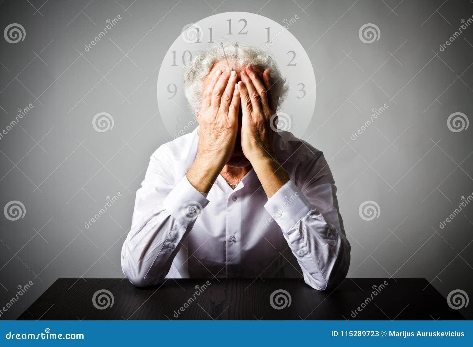 Dolore Uomo anziano nei pensieri L uomo anziano sta aspettando Tre minuti a