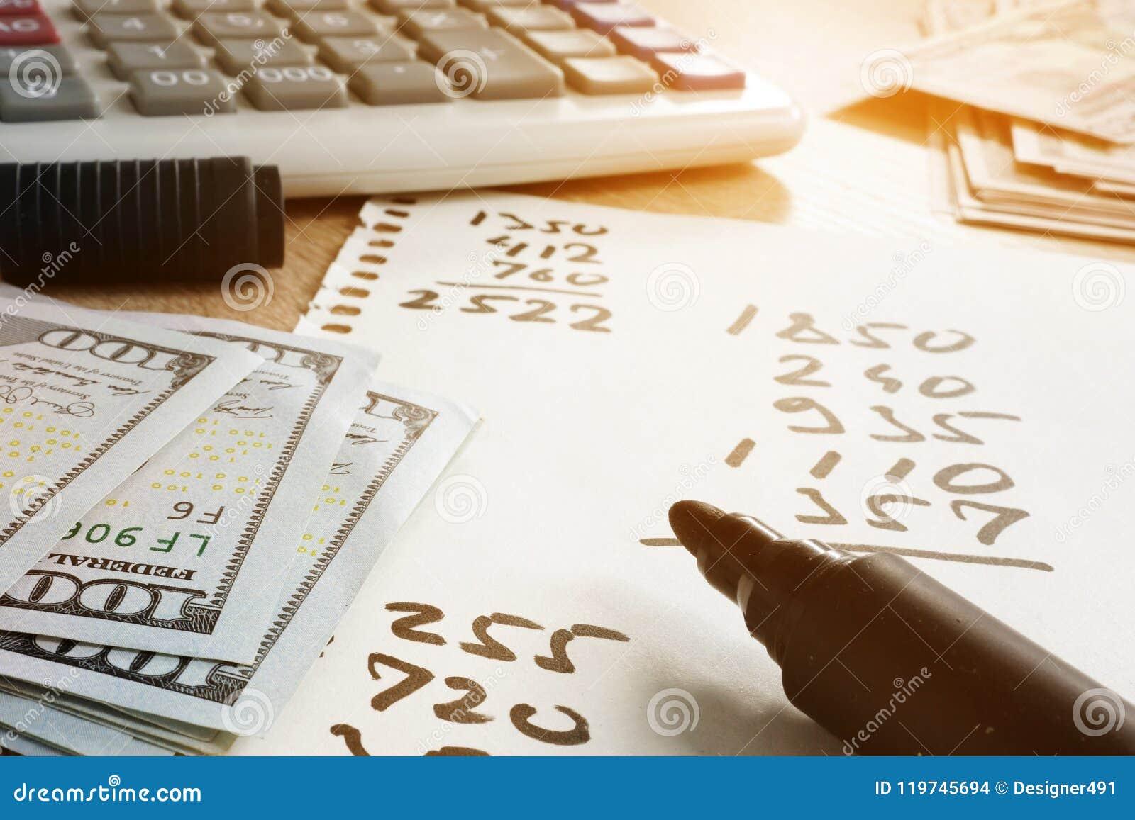 Domów finanse Papier z obliczeniami, kalkulatorem i pieniądze,