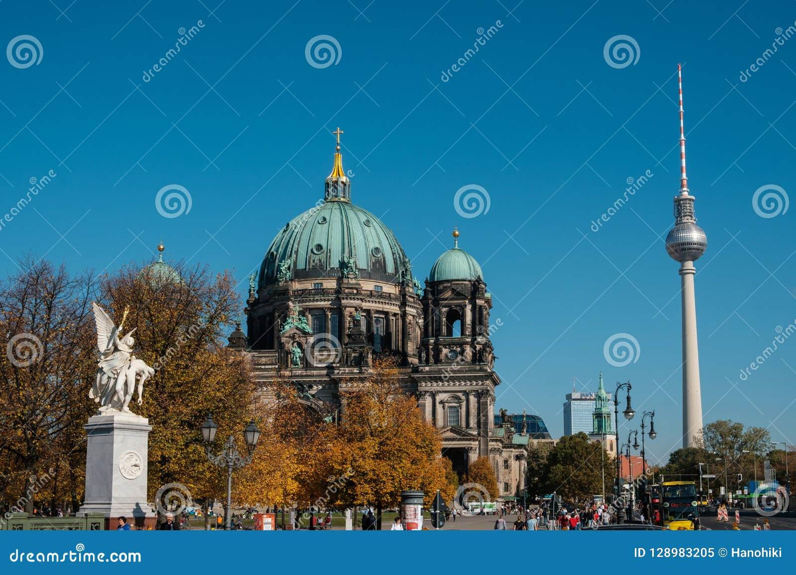 Dom берлинца собора Берлина и башня Fernsehturm i ТВ