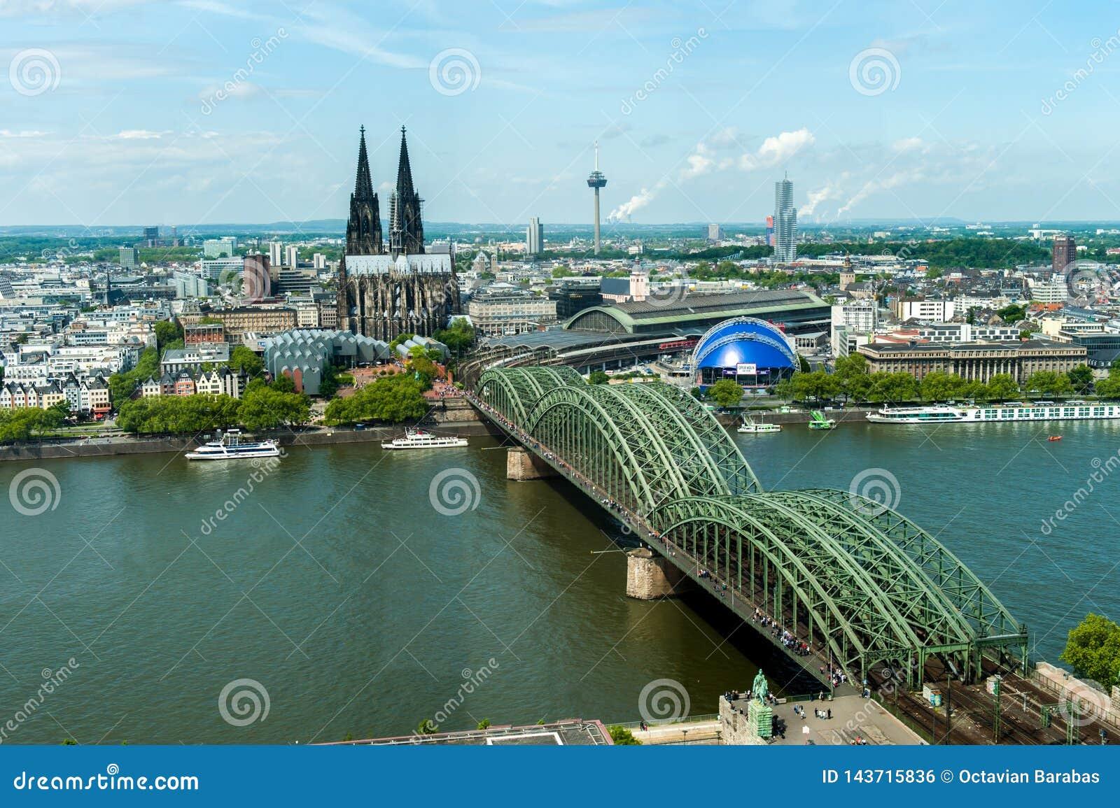Dom Кёльна и горизонт моста рельса