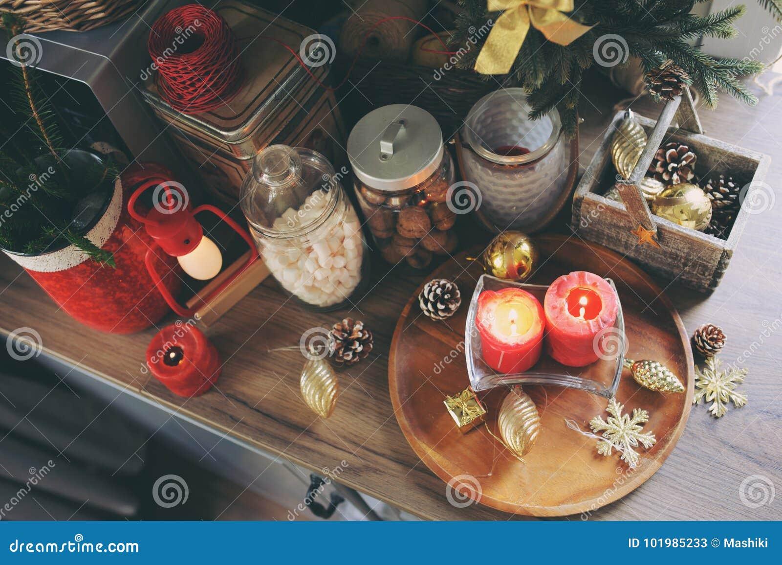 Dom na wsi kuchnia dekorował dla bożych narodzeń i nowy rok wakacji Marhmallows, świeczki, kakao i dokrętki w nowożytnych słojach