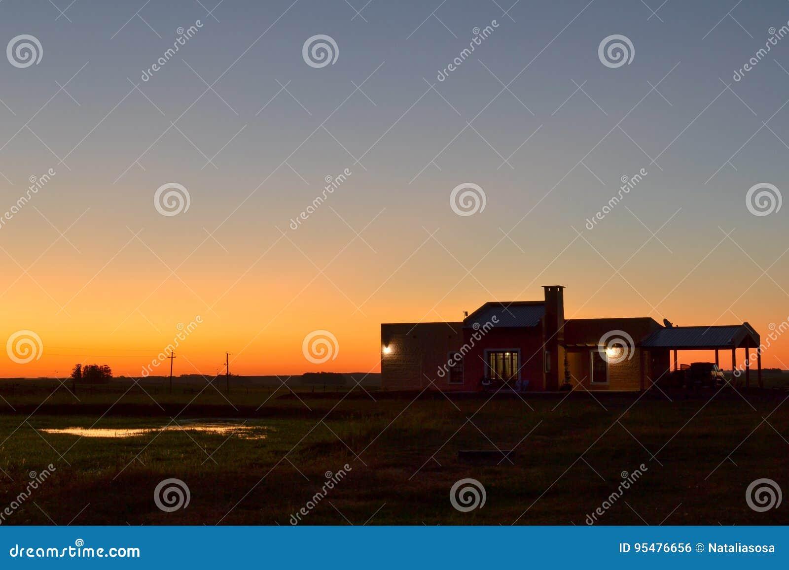 Dom na wsi w polu