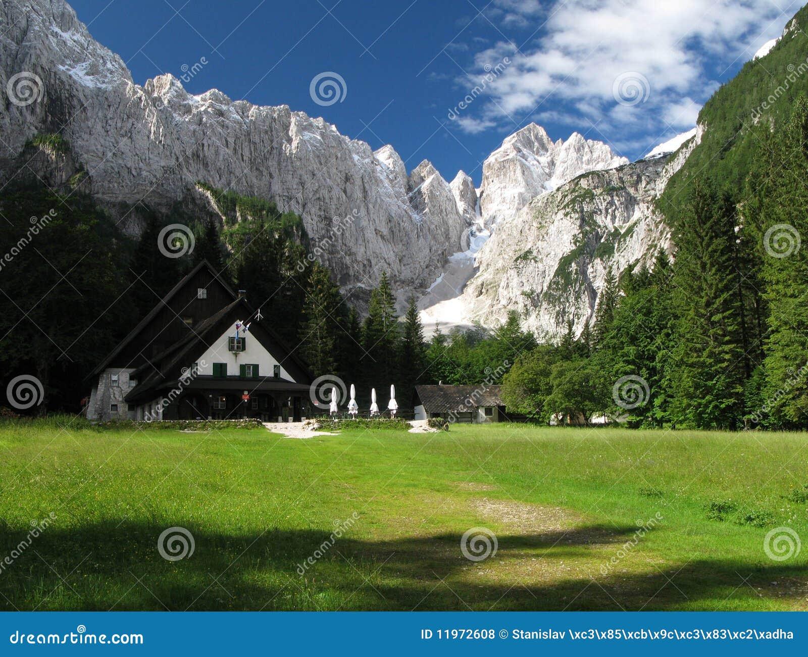 Dom v tamarju berghut in julian alpen royalty vrije stock foto 39 s beeld 11972608 - Berghut foto ...
