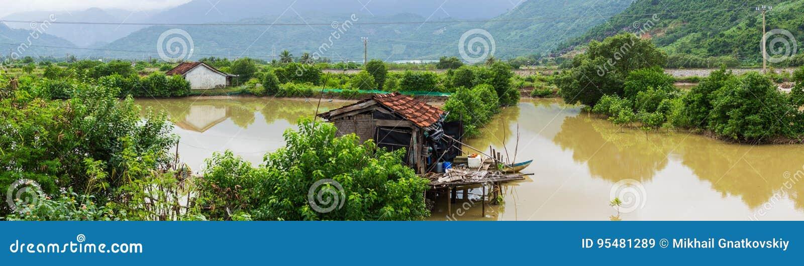 Dom wśród śródpolnej pobliskiej rzeki w podeszczowej wody sezonie