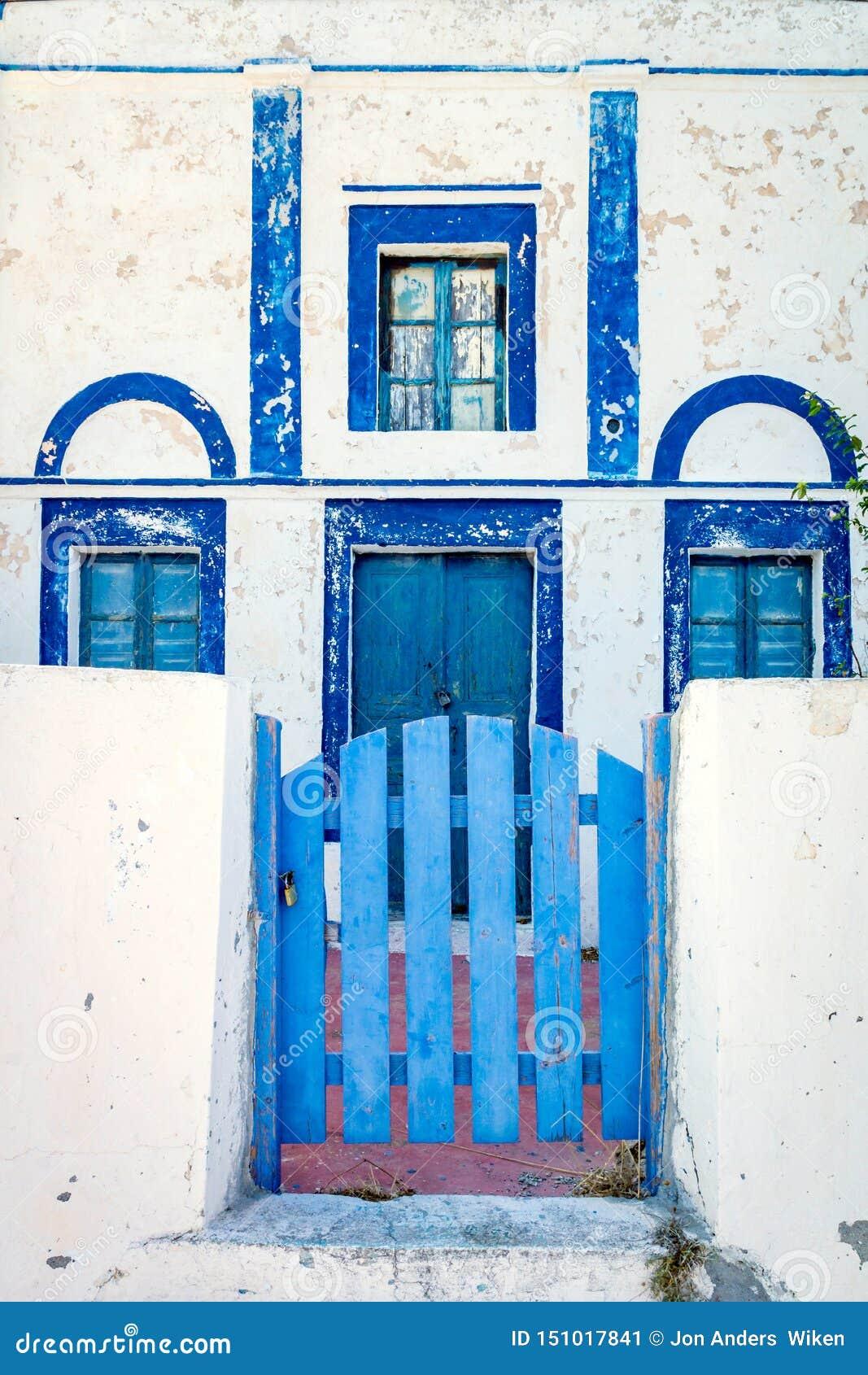 Dom w Santorini, Grecja z/błękitnymi okno i drzwiami