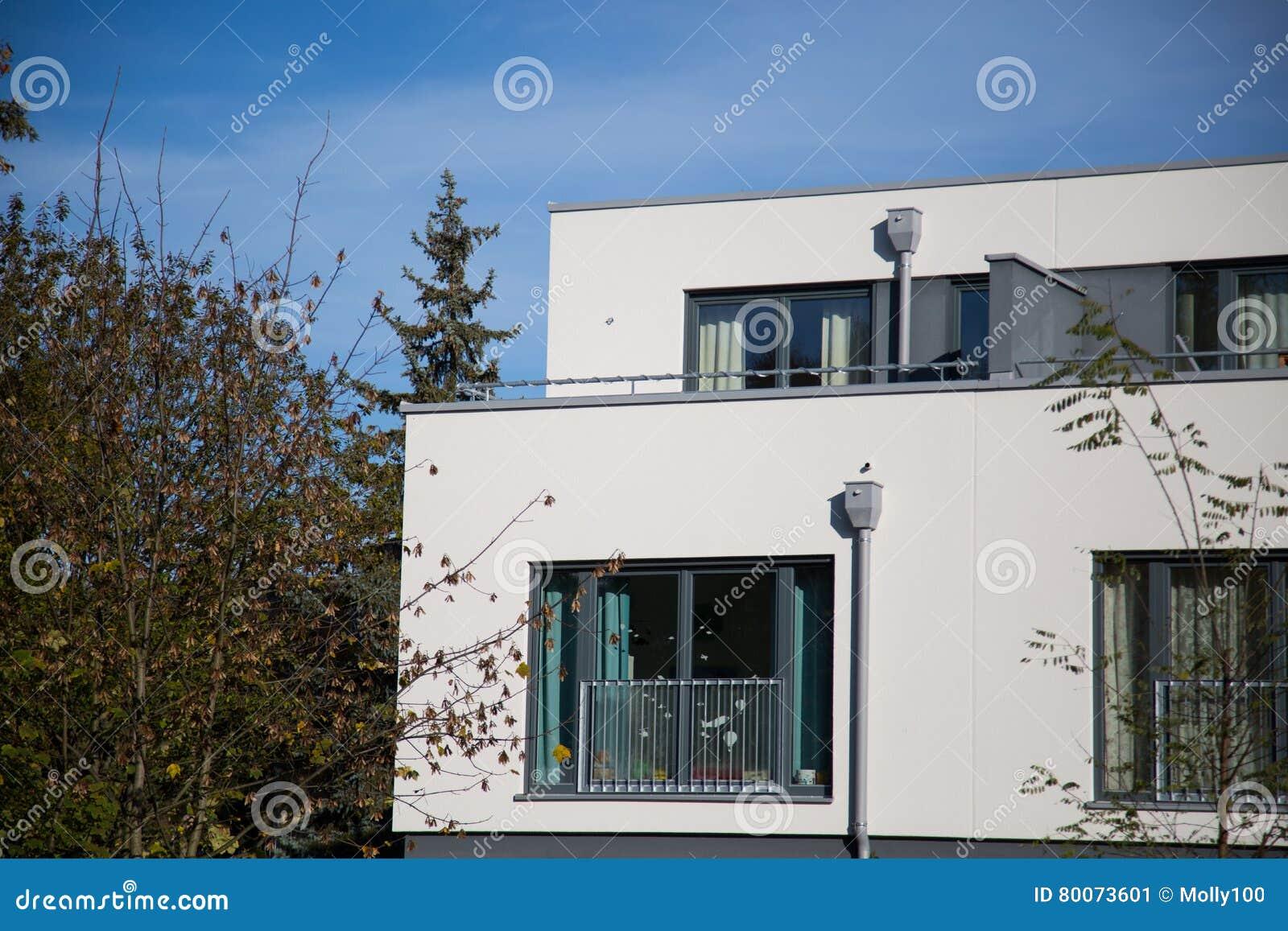 Dom z białą fasadą, kubiczny kształt, nowożytny,