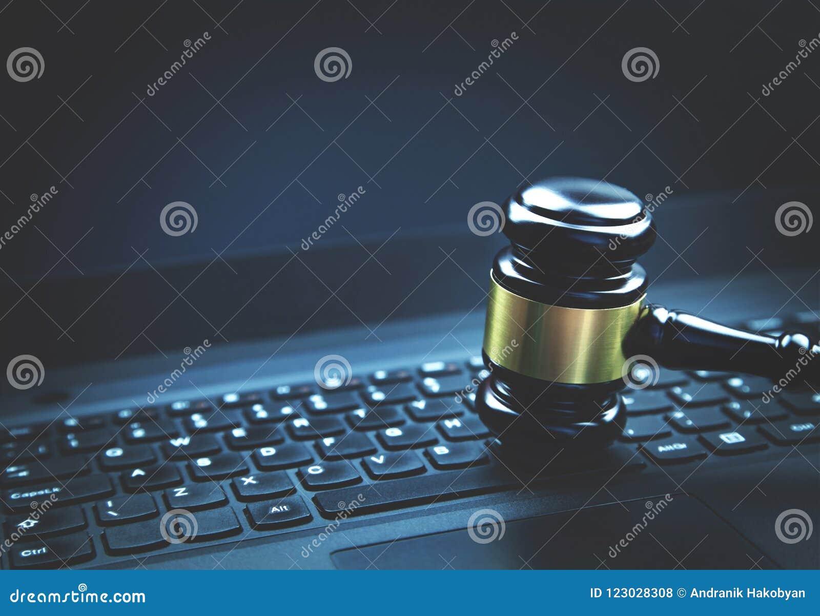 Domareauktionsklubba på en bärbar dator Begrepp av internetbrott Lag och precis