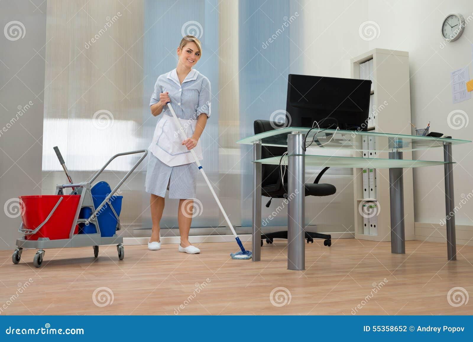 Domestica con la zazzera in ufficio