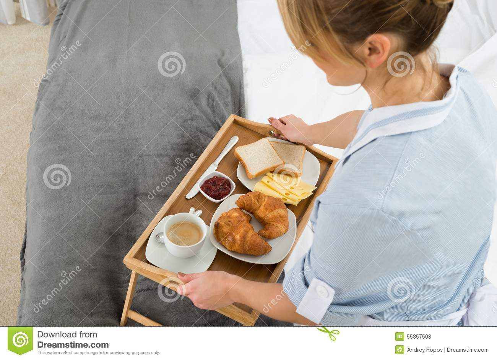 Domestica femminile con il vassoio della prima colazione