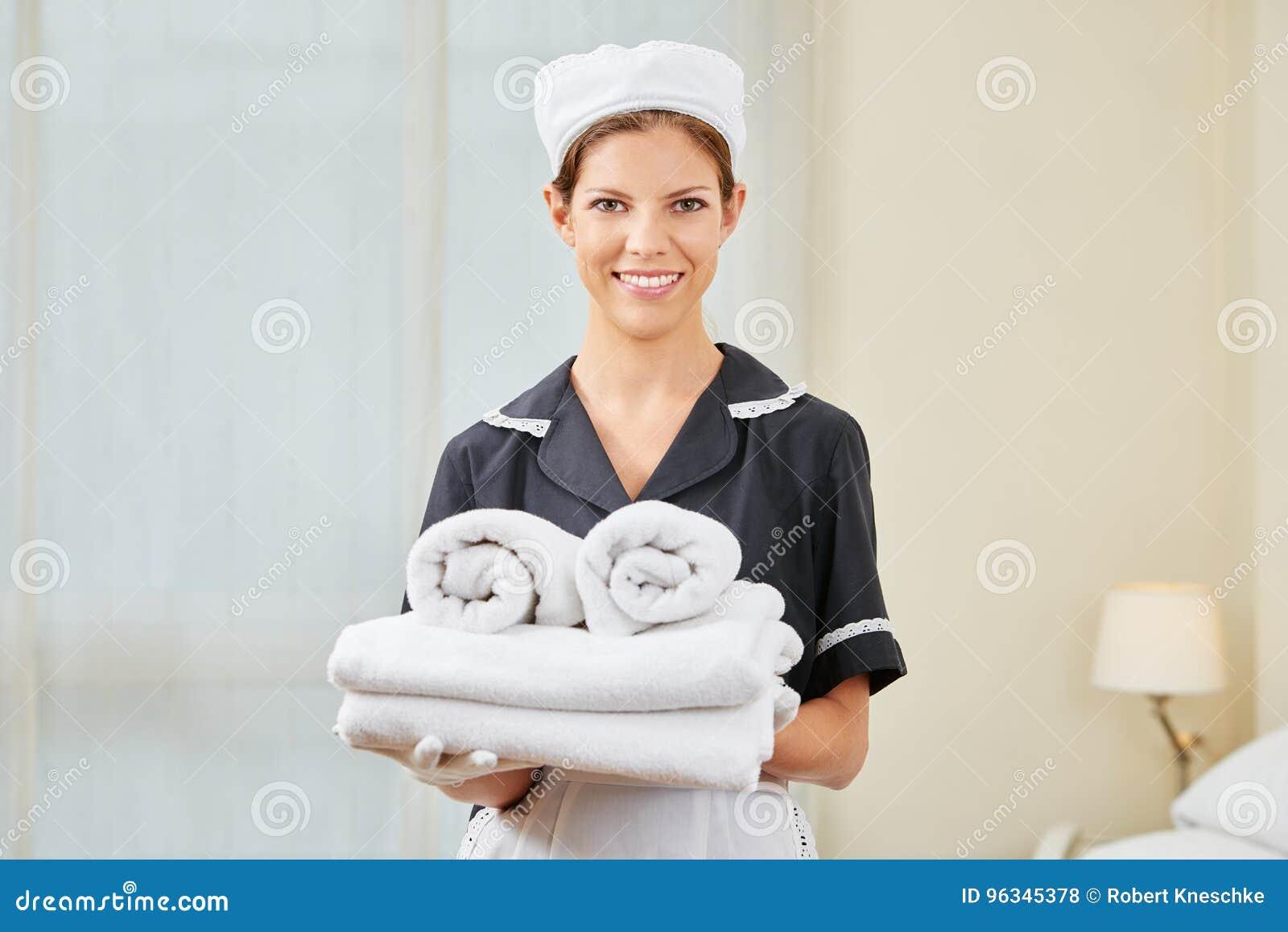 Domestique dans l uniforme pendant le ménage