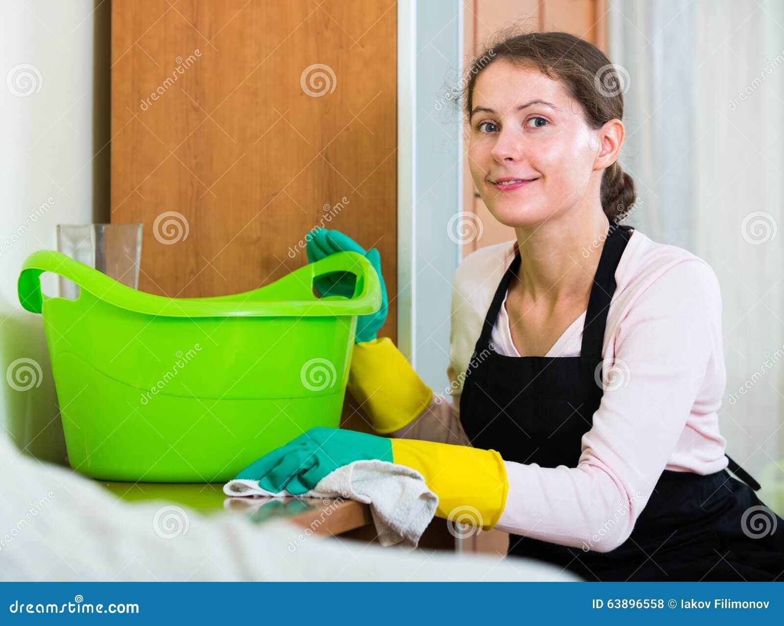 Domestique dans le saupoudrage et l essuyage de tablier