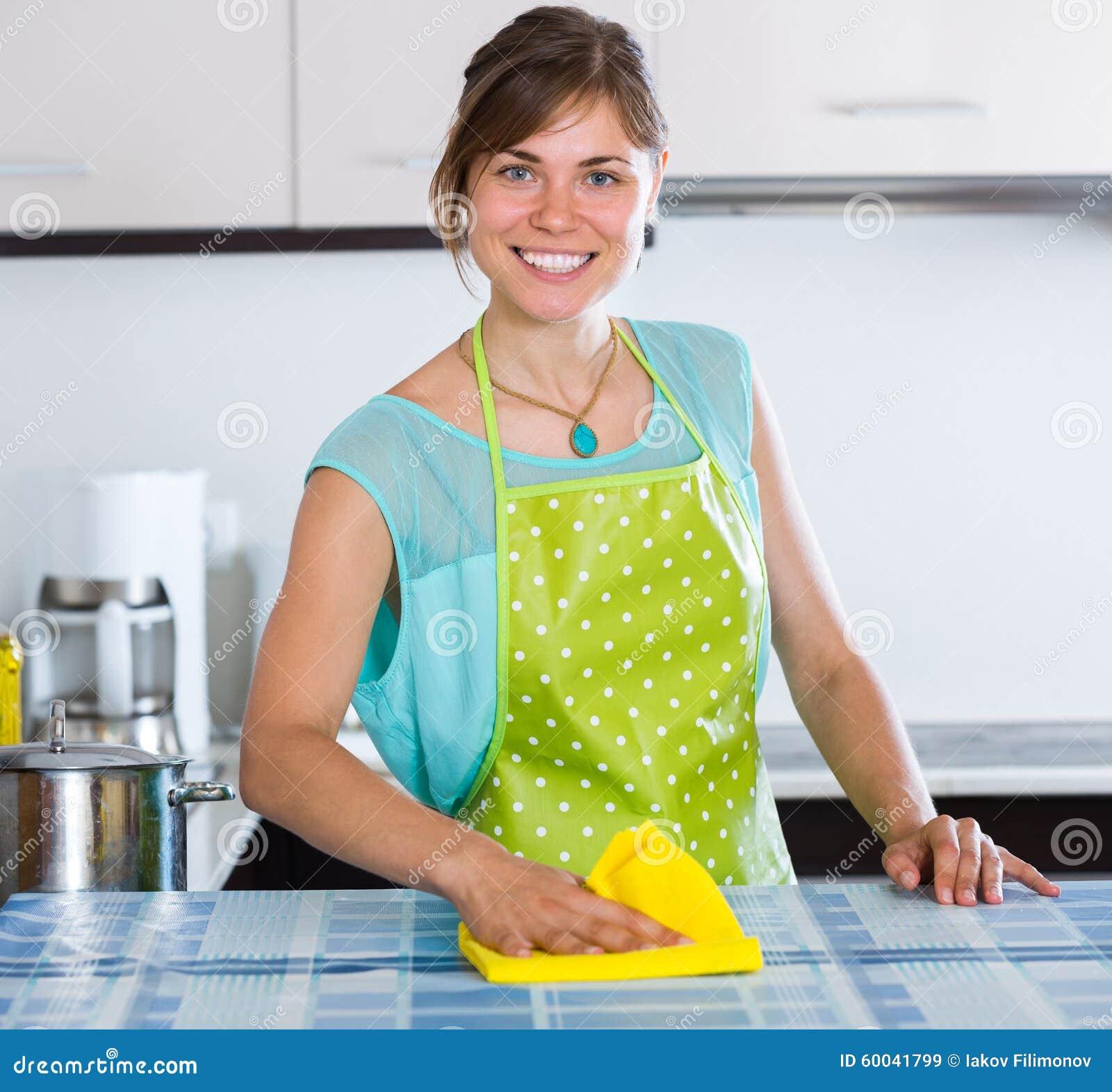 Domestique faisant le nettoyage professionnel photo stock - Nettoyage hotte cuisine professionnel ...
