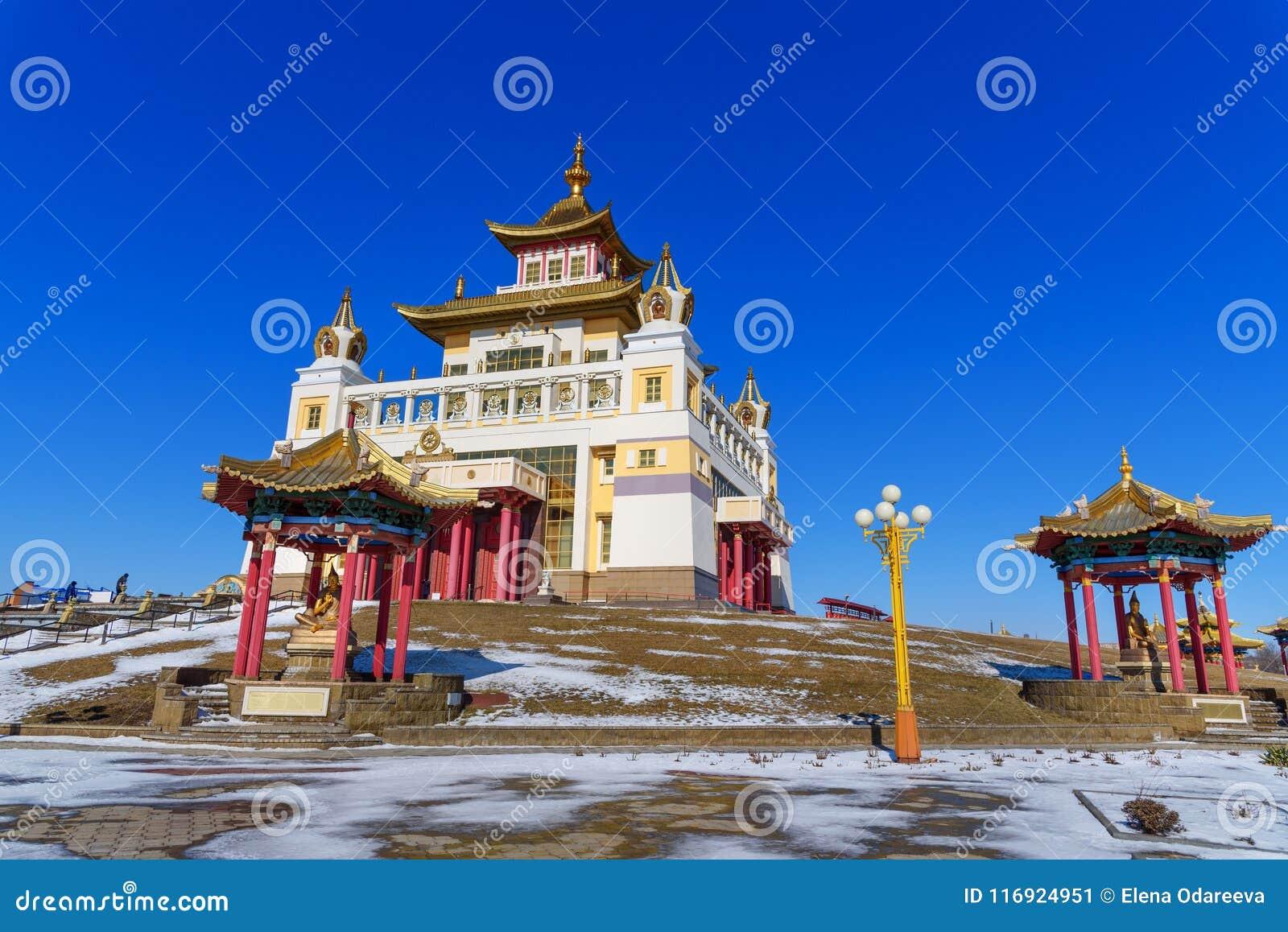 Domicílio dourado complexo budista da Buda Shakyamuni na mola Elista Rússia