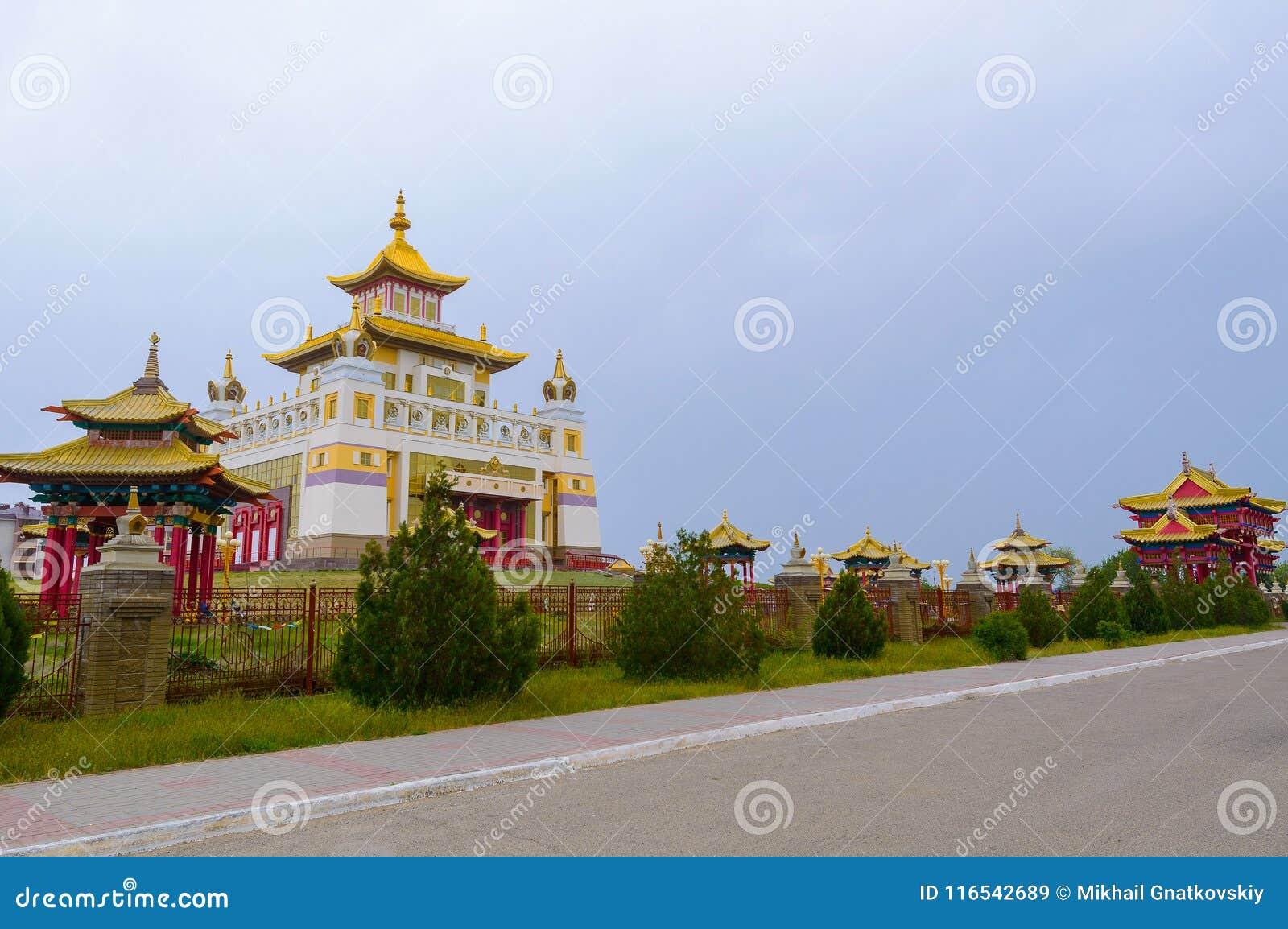 Domicílio dourado do templo budista da Buda Shakyamuni em Elista, república de Calmúquia, Rússia