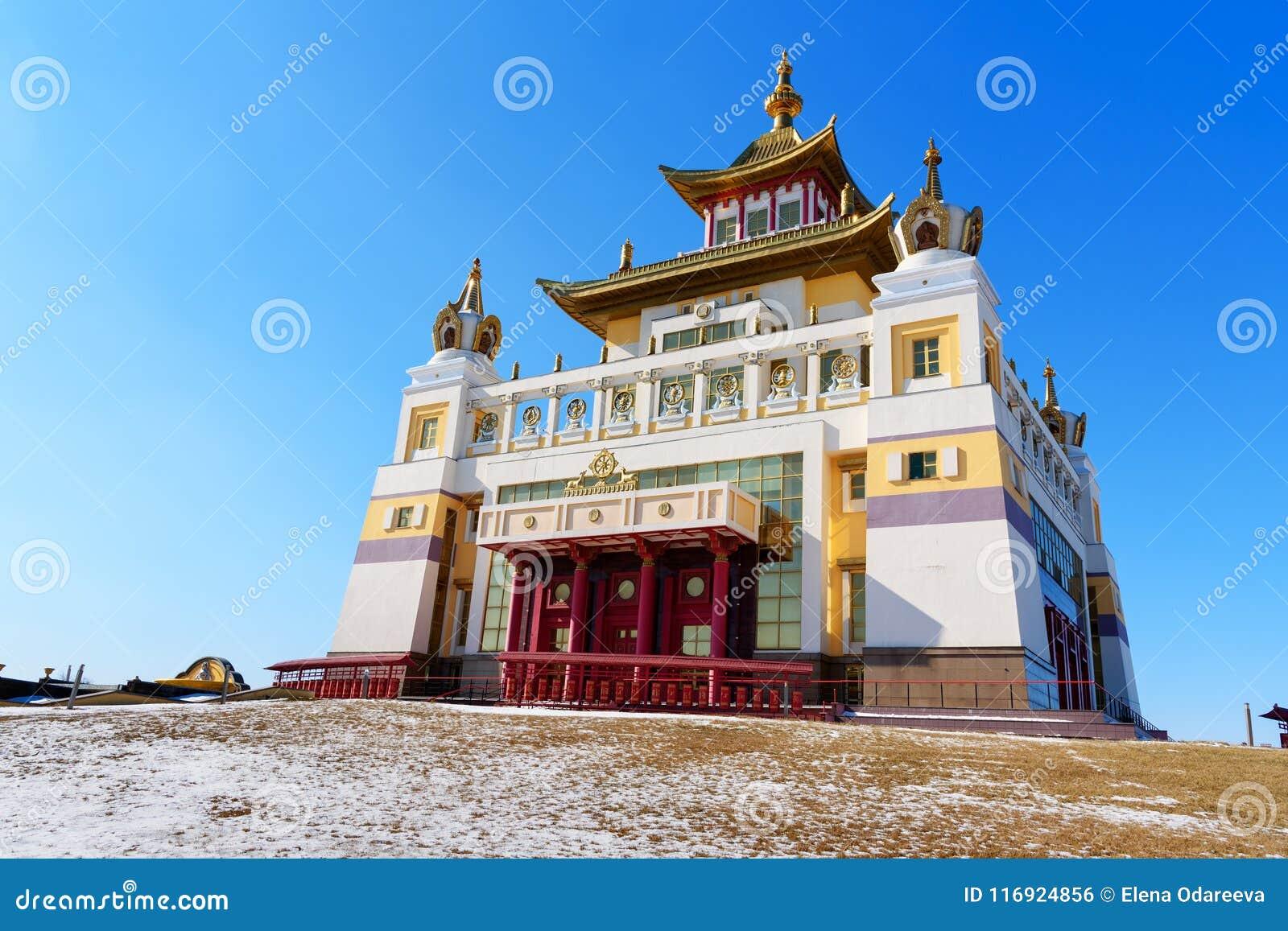 Domicilio de oro complejo budista de Buda Shakyamuni en primavera Elista Rusia