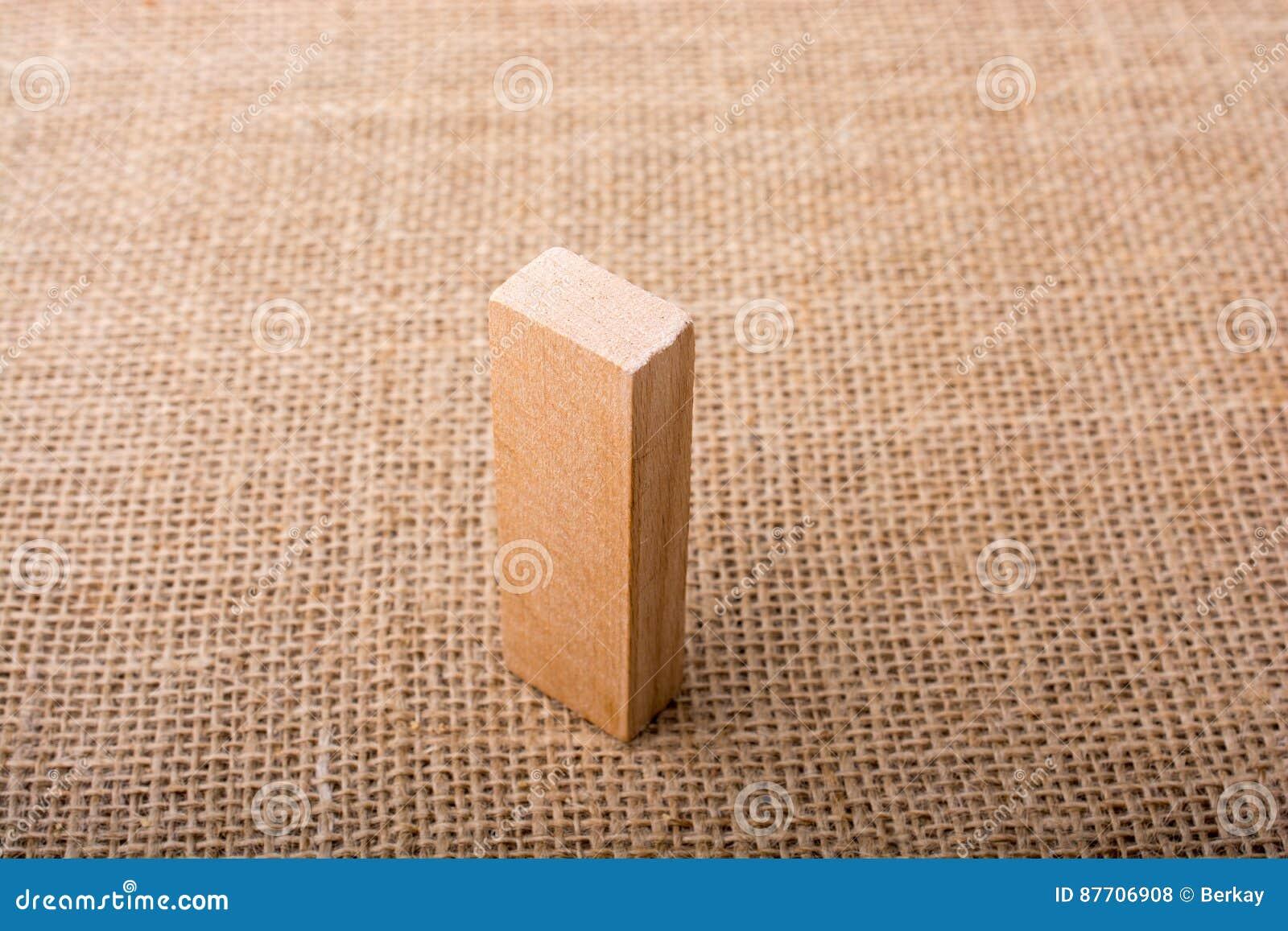 Domino en bois sur la toile de toile