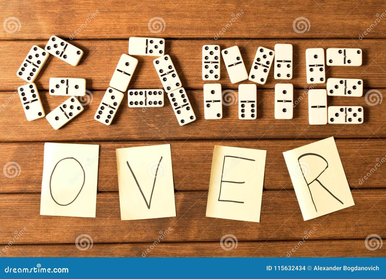 Domino op een houten lijst Het inschrijvingsspel is over