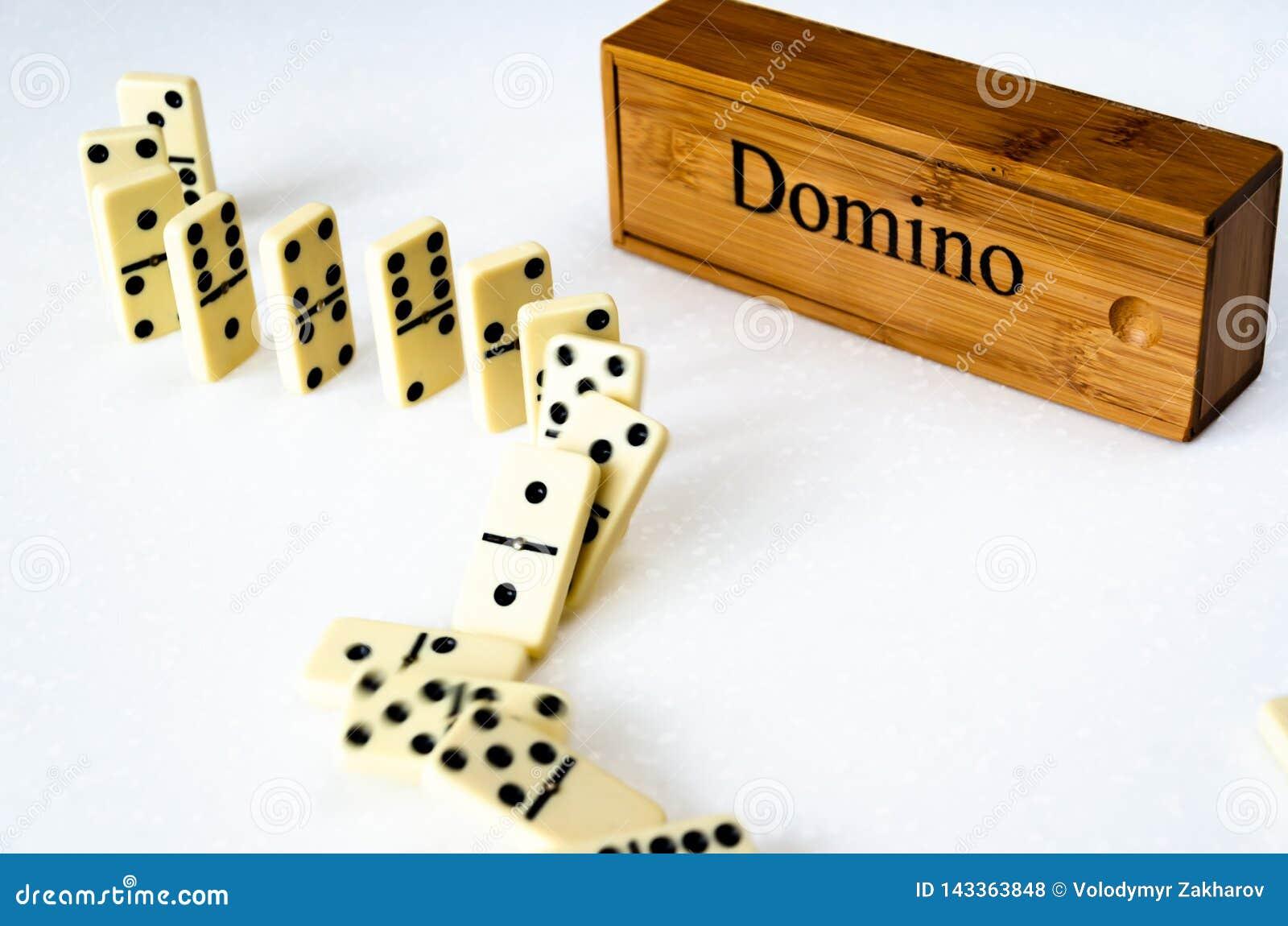 Domino su fondo bianco