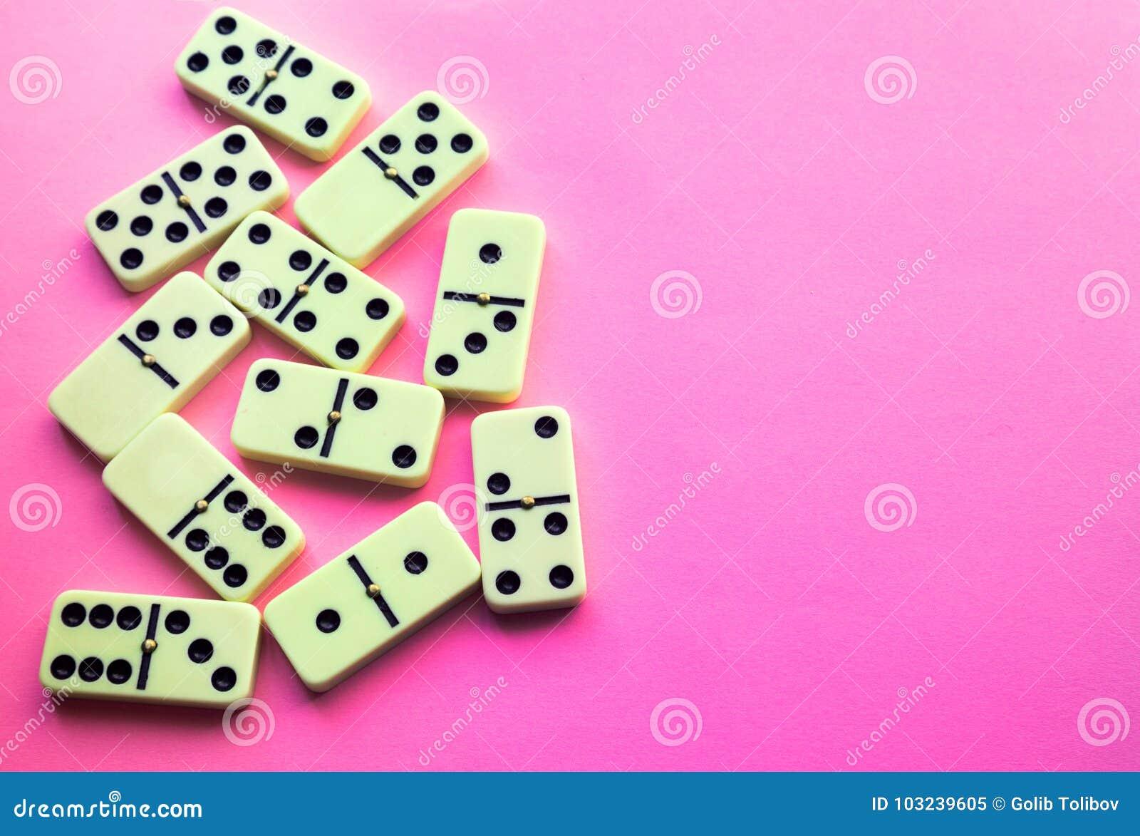 Dominobricka på rosa bakgrund Lekmanna- lägenhet
