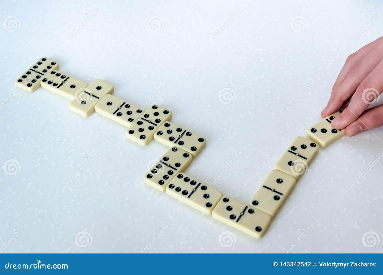 Dominos auf weißem Hintergrund
