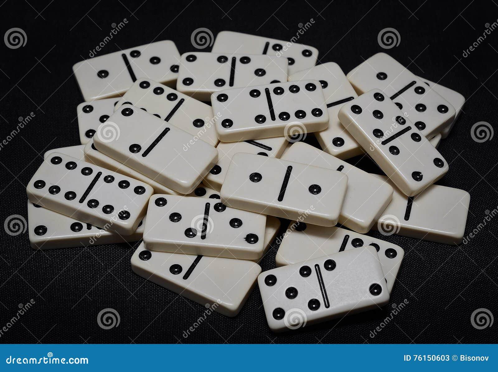 Dominos lokalisiert auf einem schwarzen Hintergrund