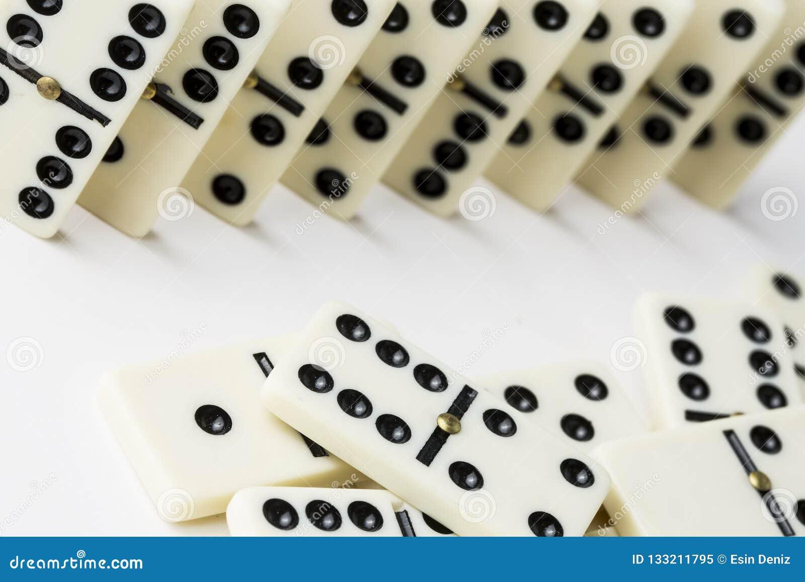 Dominospel op de witte achtergrond wordt geïsoleerd die
