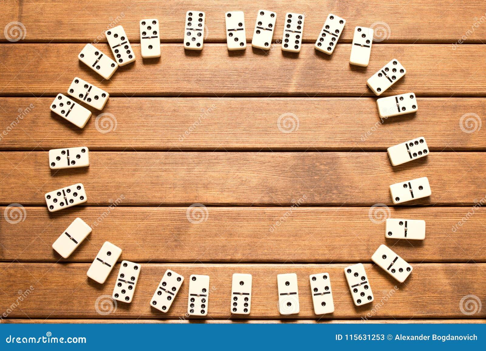 Dominospel op houten achtergrond Hoogste mening