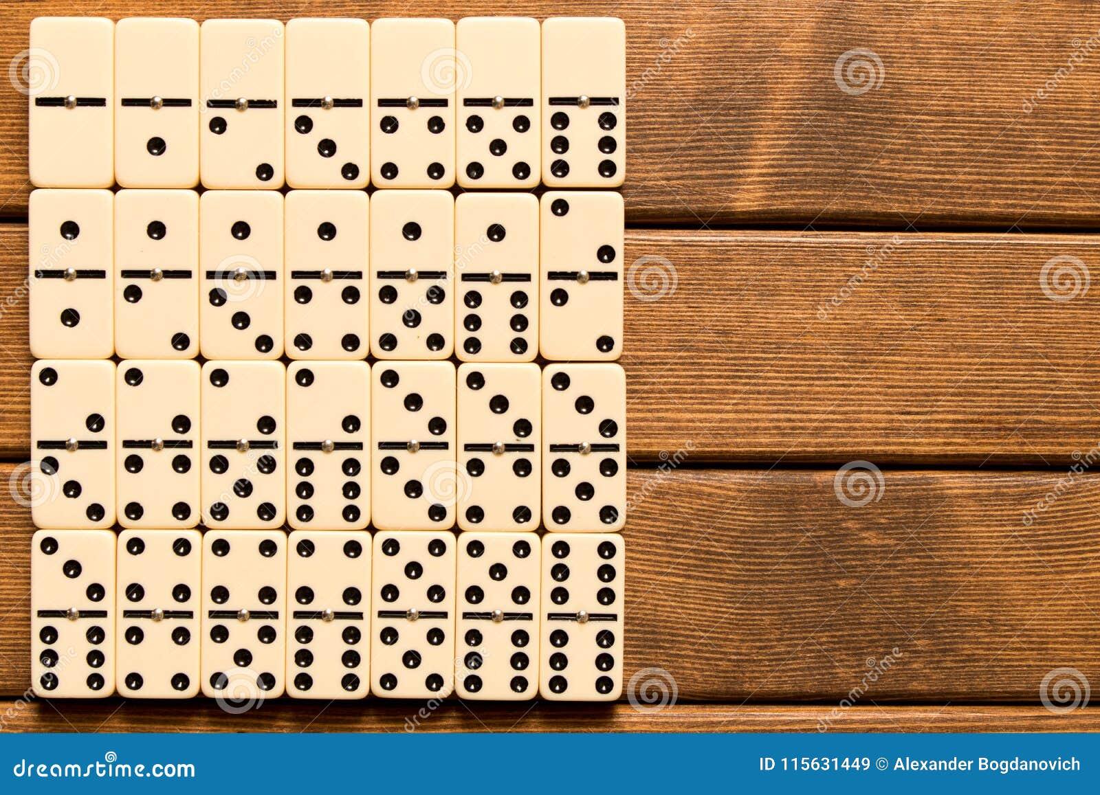Dominospel op houten achtergrond Hoogste mening Lege ruimte voor te