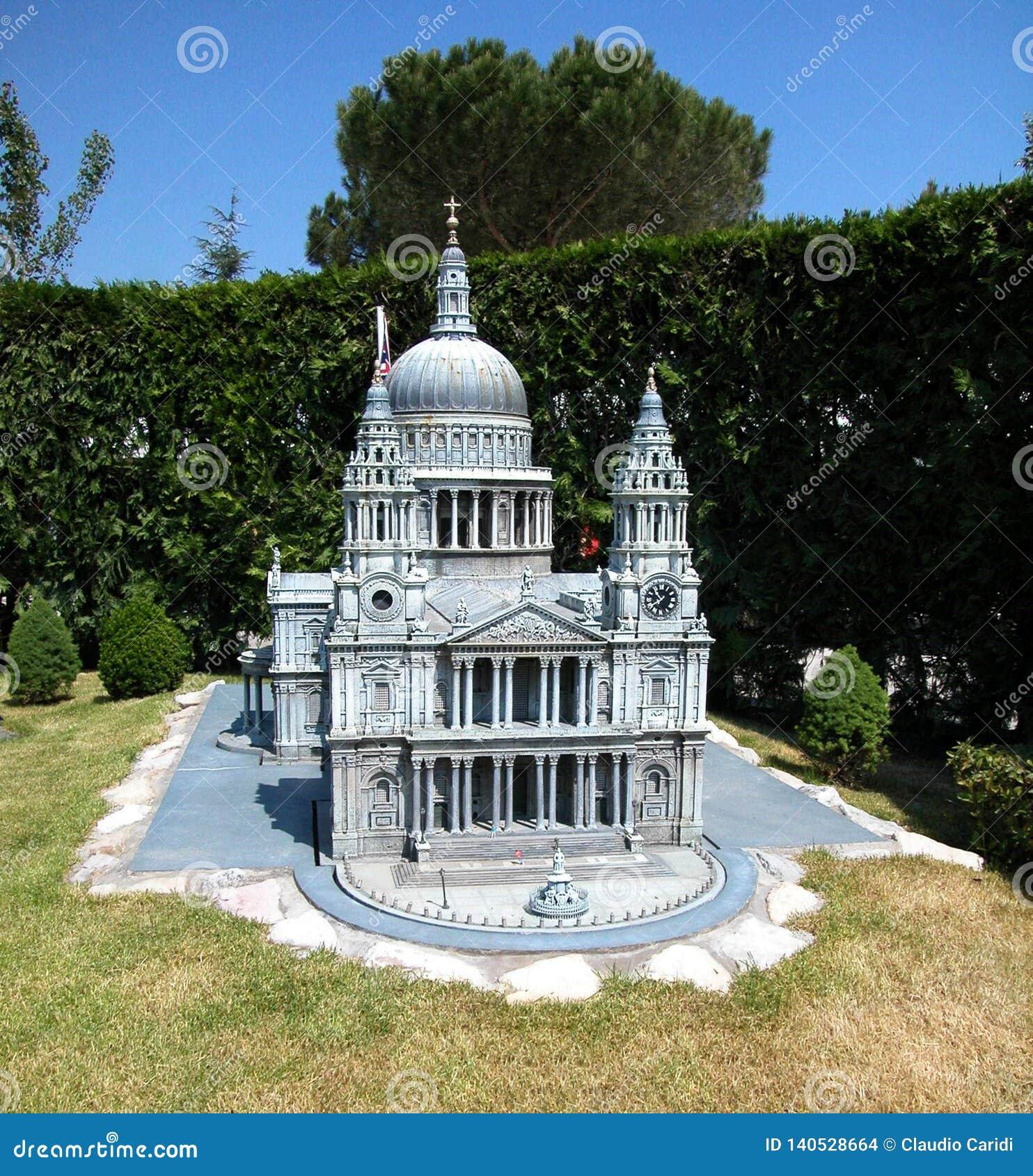 Domkyrka av Saint Paul i nöjesfältet 'Italien i miniatyren 'Italia i miniaturaen Viserba, Rimini, Italien
