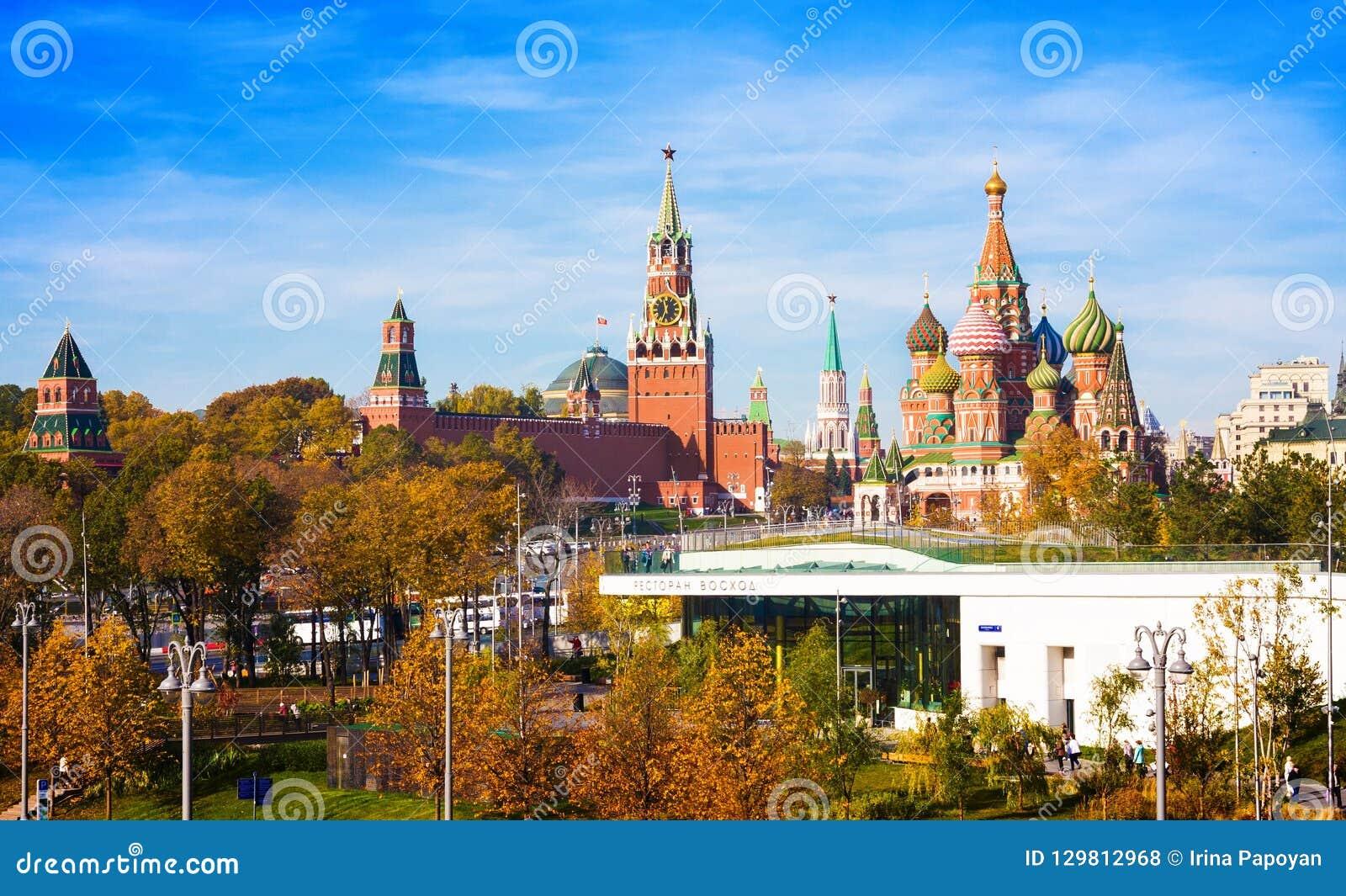 Domkyrka av Vasilys Blessed Saint Basils domkyrka, Spasskaya torn av MoskvaKreml och att parkera Zaryadie Ryssland