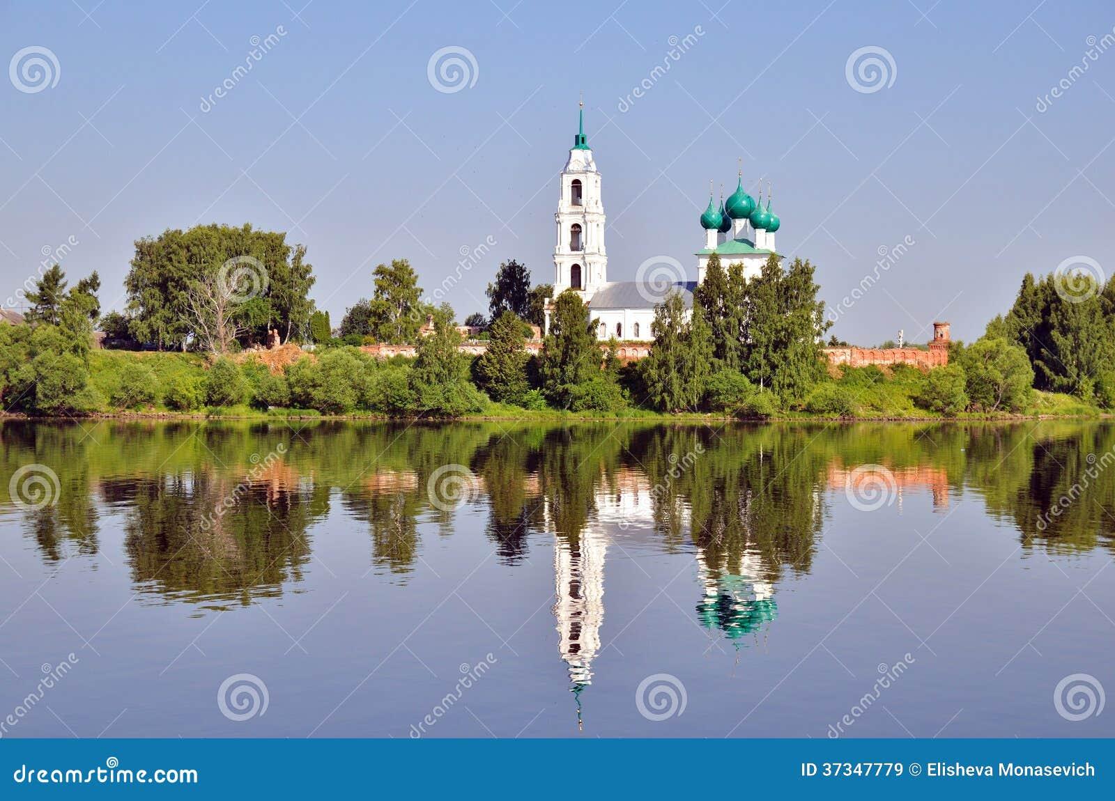 Domkyrka med klockatornet och hans reflexion i vatten